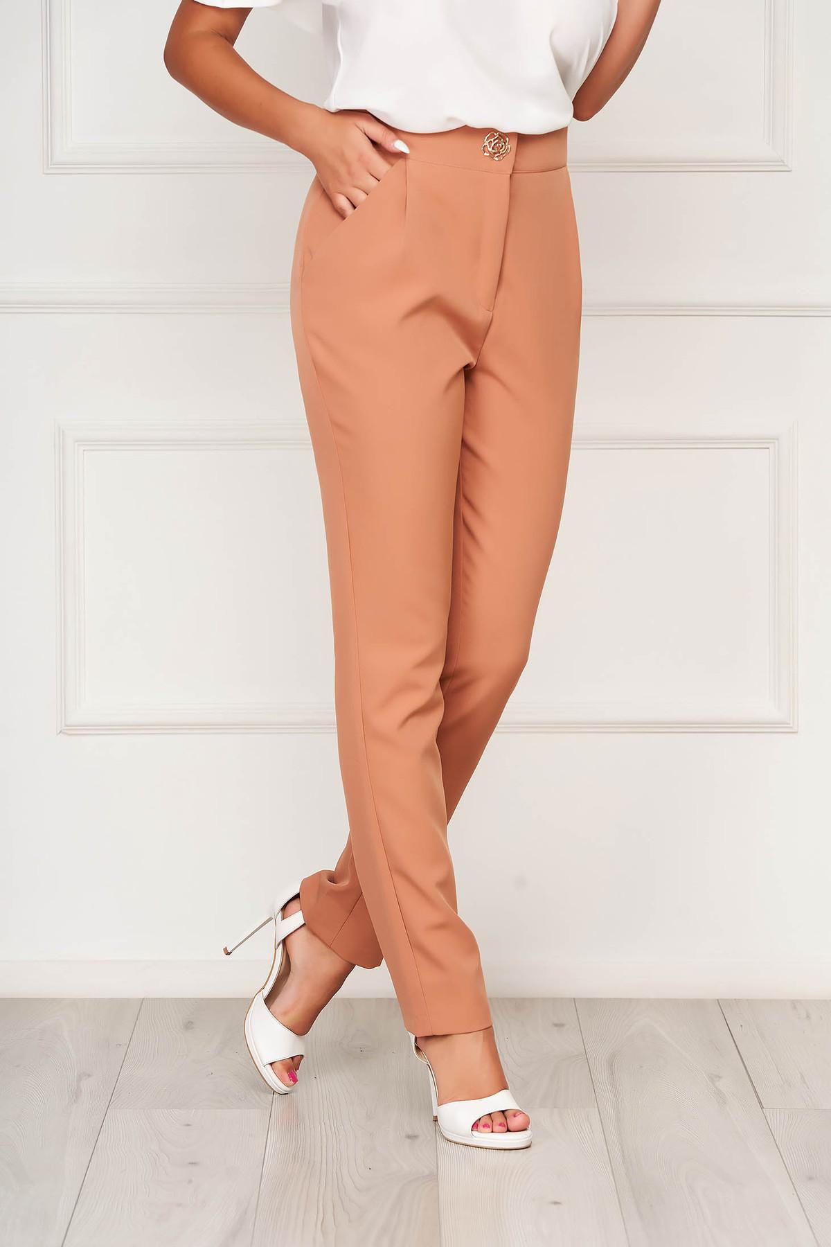Pantaloni PrettyGirl cappuccino eleganti din stofa usor elastica cu un croi drept si buzunare imagine