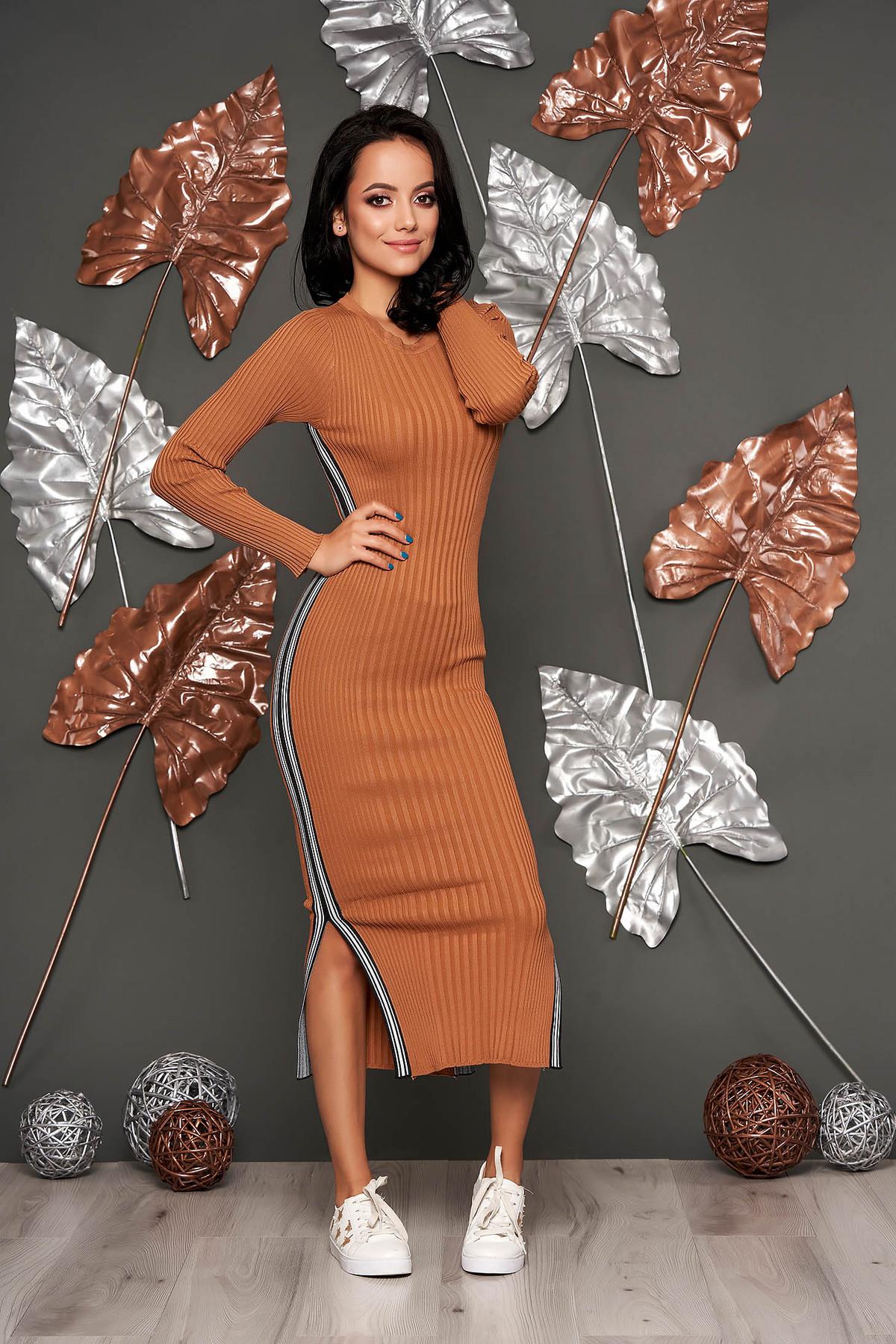 Rochie SunShine maro casual tip creion din material reiat tricotata cu decolteu rotunjit cu maneci lungi
