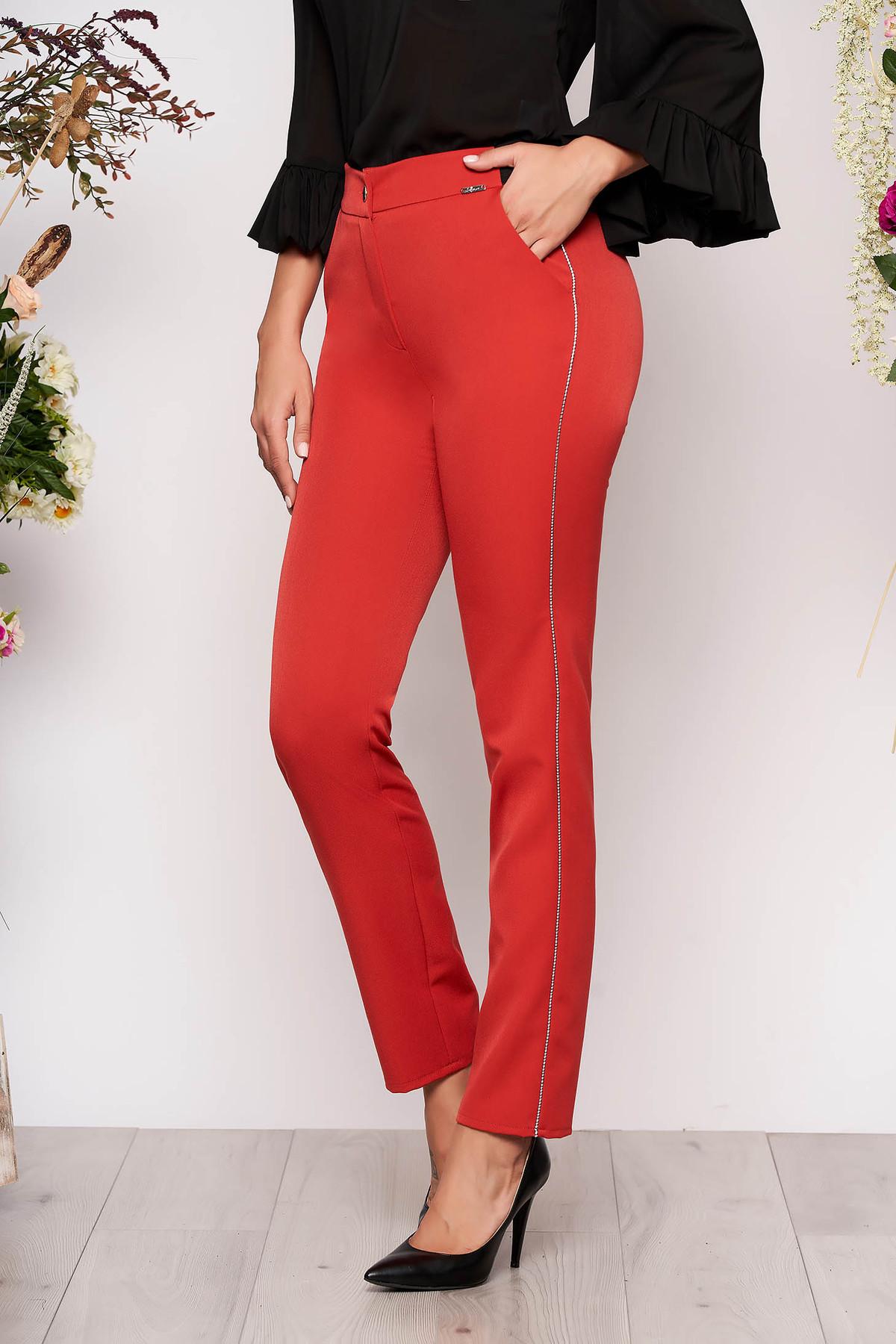 Pantaloni corai conici eleganti din stofa cu elastic in talie cu buzunare si aplicatii metalice