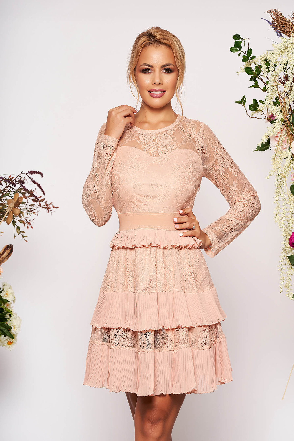 Rochie roz prafuit scurta de ocazie in clos din dantela cu banda elastica in talie cu maneci lungi