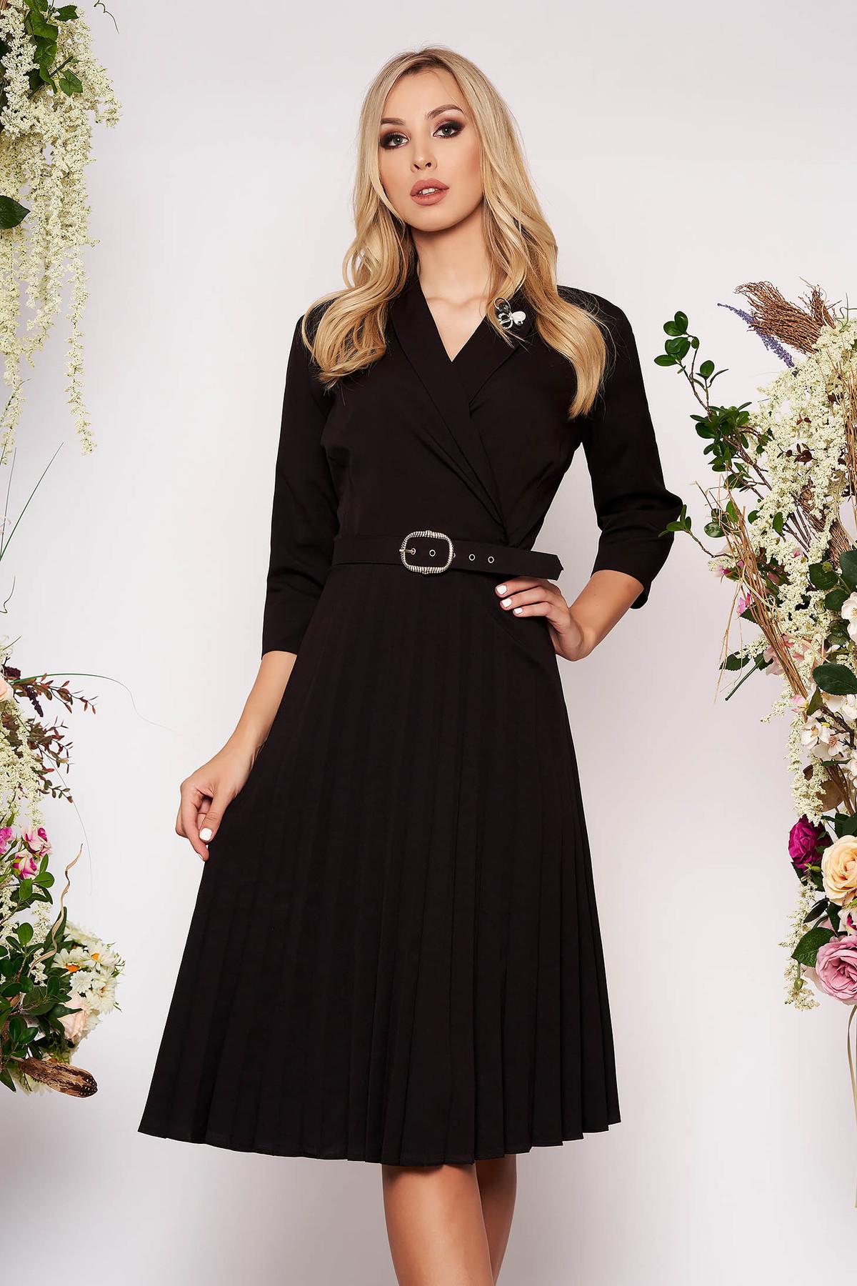 Rochie neagra eleganta midi in clos din stofa subtire plisata cu decolteu petrecut accesorizata cu brosa si curea