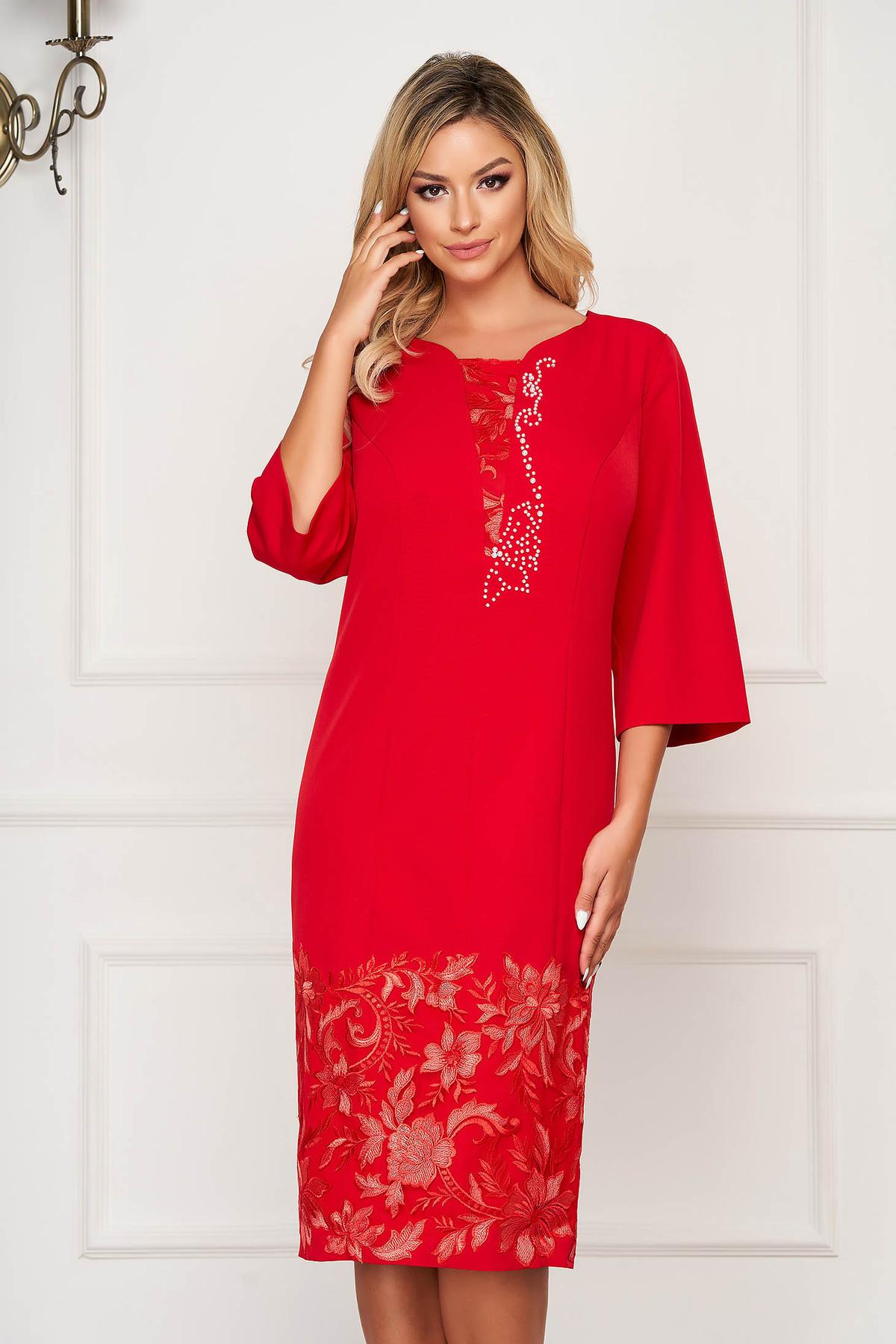 Rochie rosie de ocazie cu un croi drept din stofa usor elastica cu maneca trei sferturi