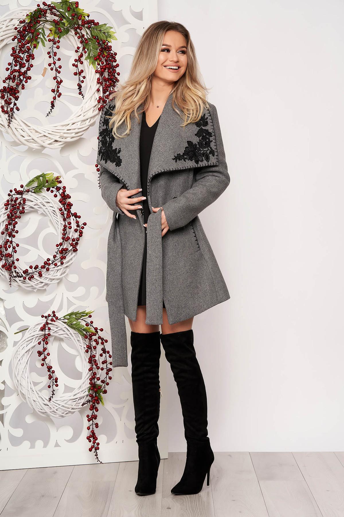 Palton LaDonna gri casual din stofa groasa cu un croi drept accesorizat cu cordon cu aplicatii cusute manual
