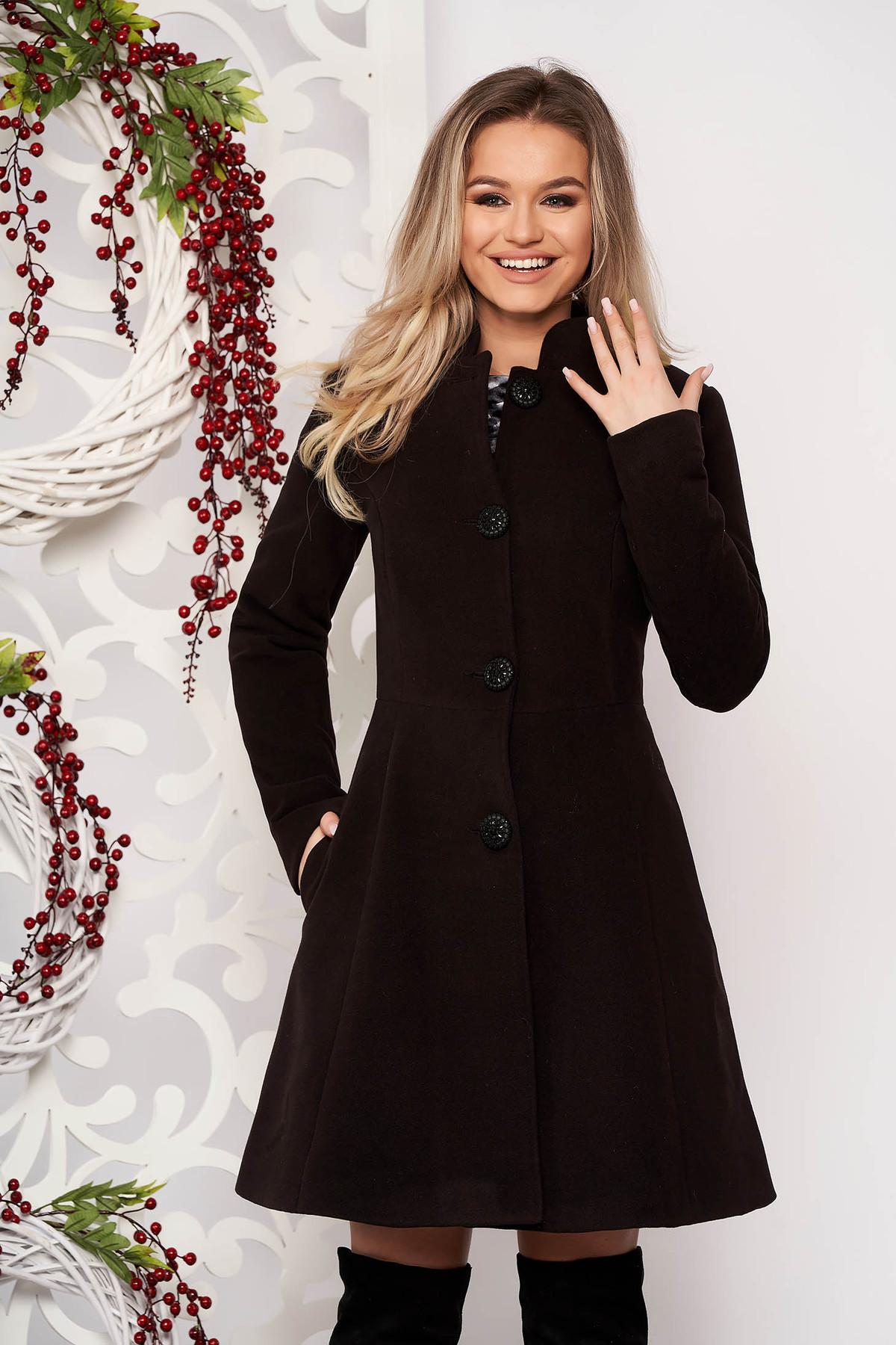 Palton negru din material gros cu un croi cambrat din stofa captusit pe interior