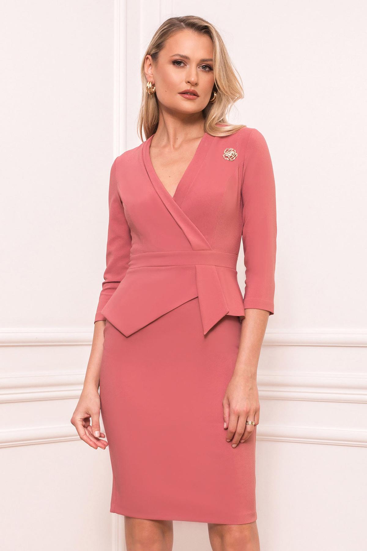 Rochie PrettyGirl roz prafuit eleganta tip creion cu peplum decolteu petrecut accesorizata cu brosa