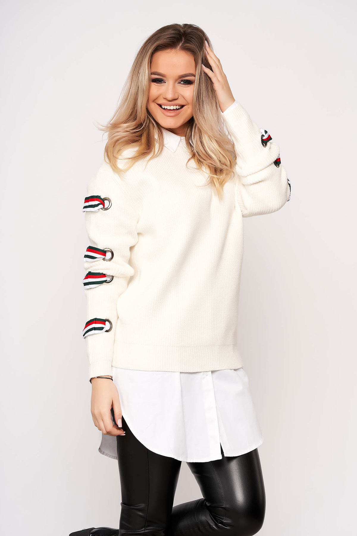 Pulover SunShine alb casual scurt din material tricotat cu croi larg cu maneci lungi si decolteu la baza gatului