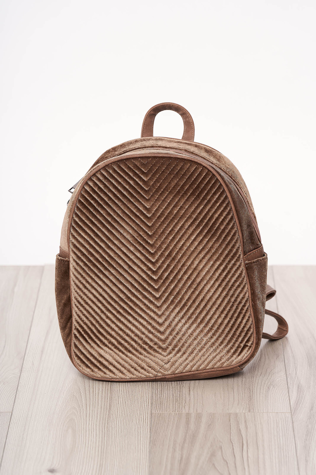 Rucsac SunShine maro-inchis din catifea accesorizat cu fermoar cu maner lung reglabil cu manere scurte