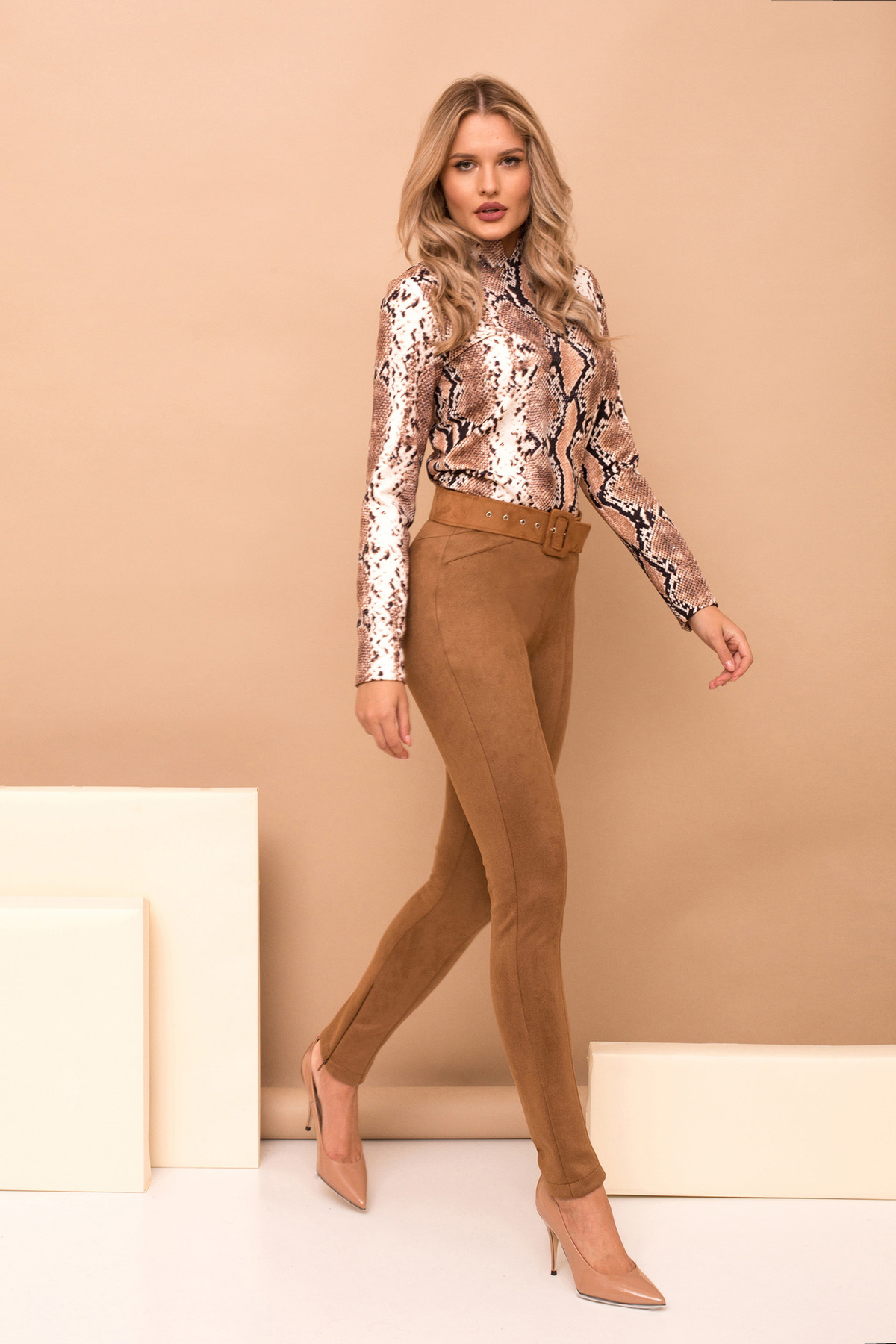 Pantaloni PrettyGirl maro eleganti lungi conici din piele intoarsa cu accesoriu tip curea