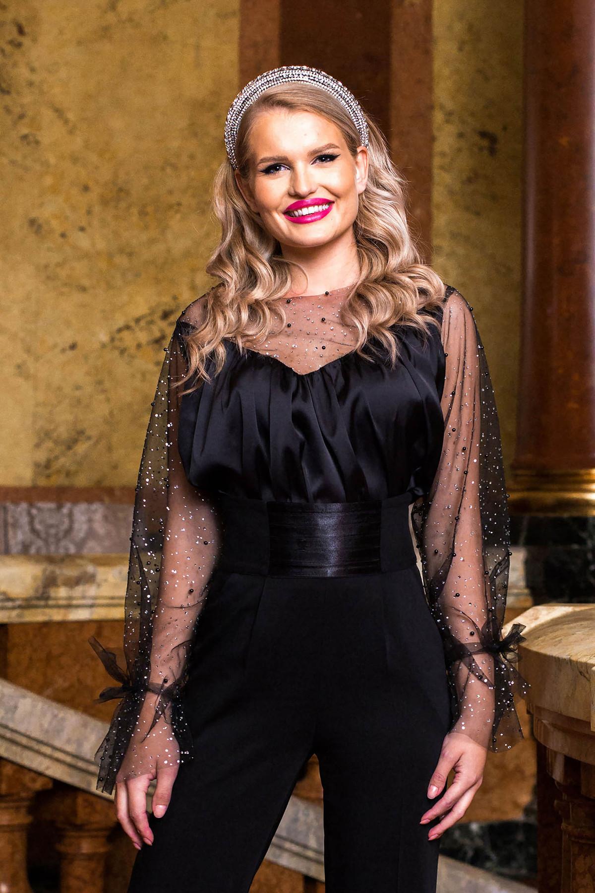 Bluza dama PrettyGirl neagra de ocazie cu maneci prinse in elastic cu aplicatii de tulle din material satinat si cu aplicatii cu pietre strass si perle cu decolteu