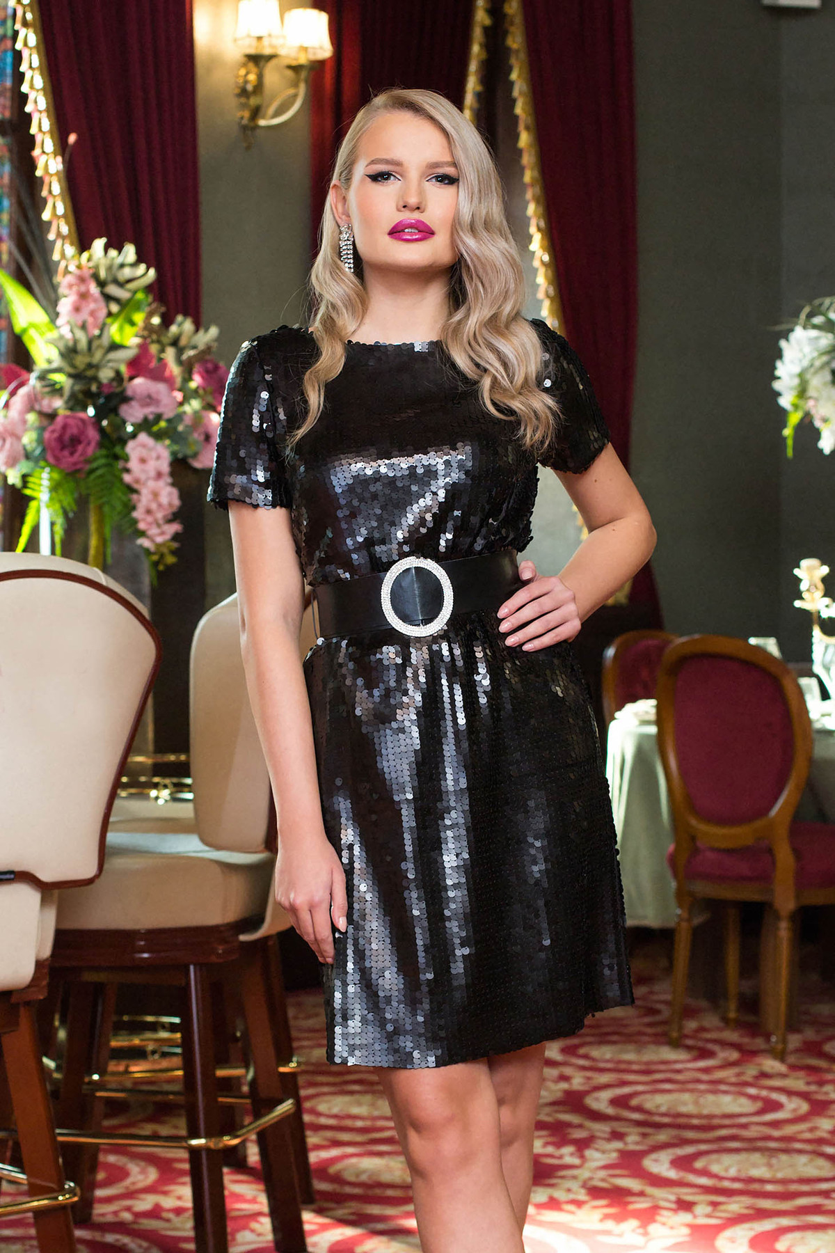 Rochie PrettyGirl neagra scurta de ocazie cu un croi drept din paiete si accesoriu tip curea