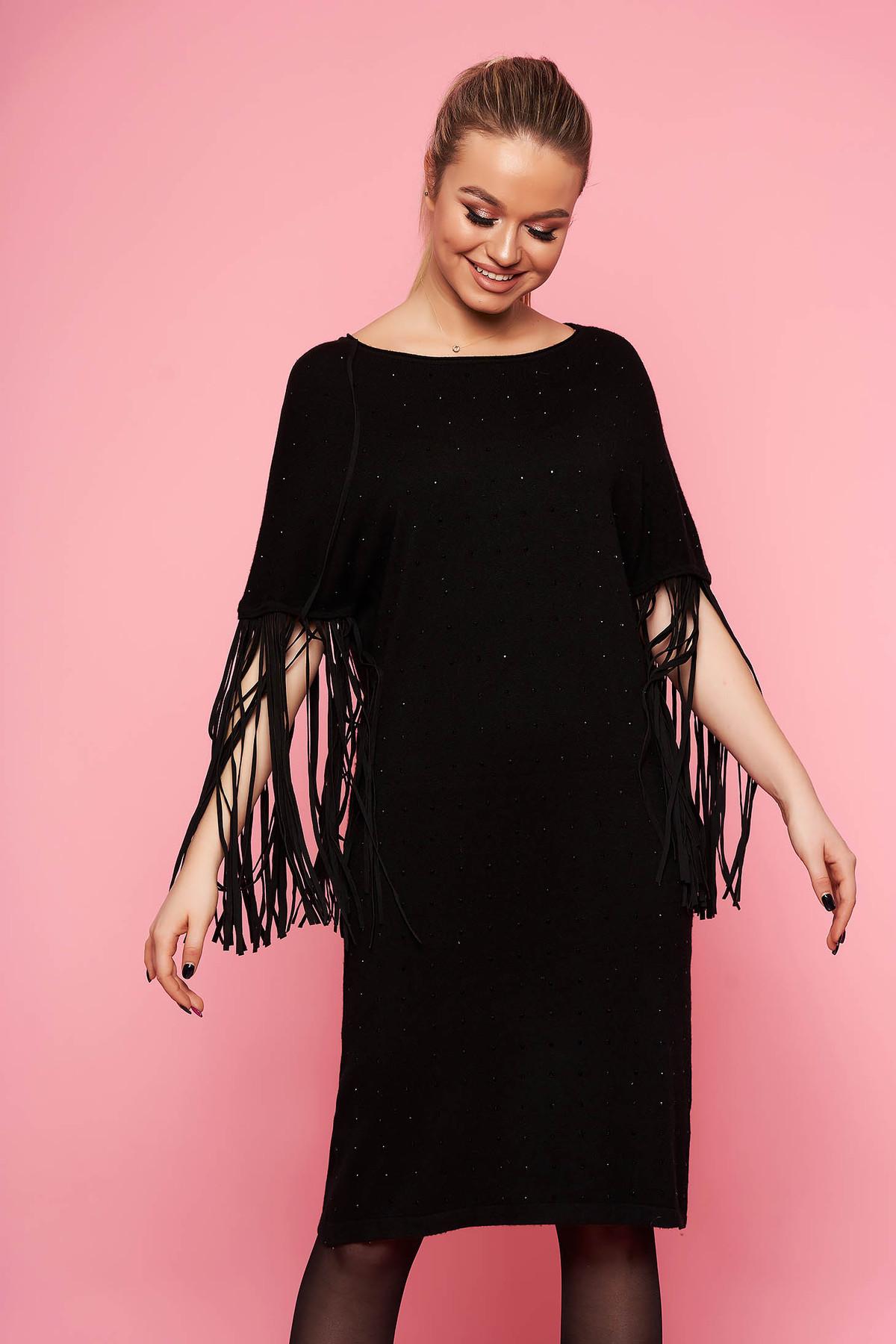 Rochie SunShine neagra eleganta tricotata cu croi larg fara captuseala cu maneci trei-sferturi cu franjuri si aplicatii cu pietre strass