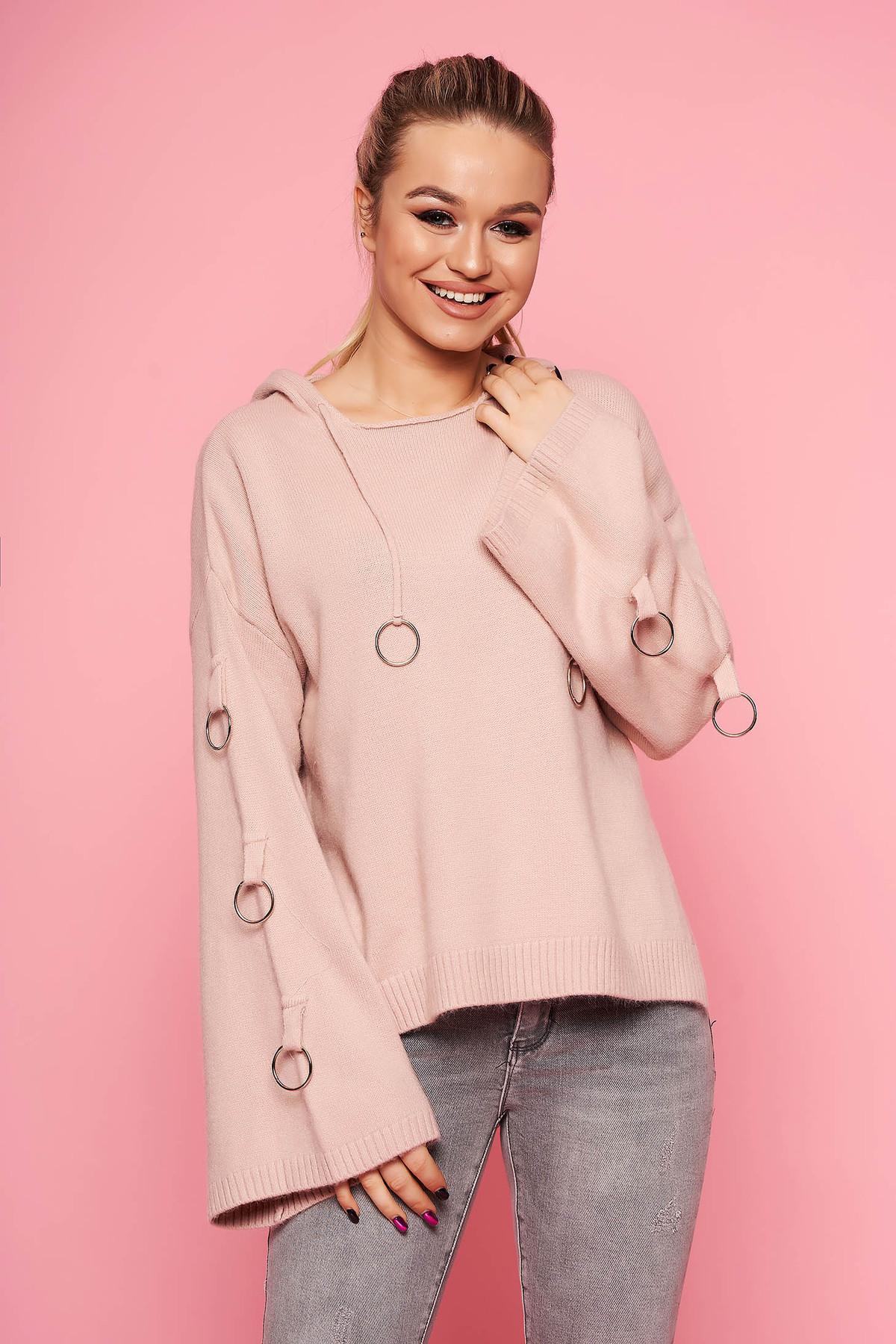 Pulover SunShine roz prafuit casual tricotat scurt cu croi larg cu gluga nedetasabila si accesorii metalice
