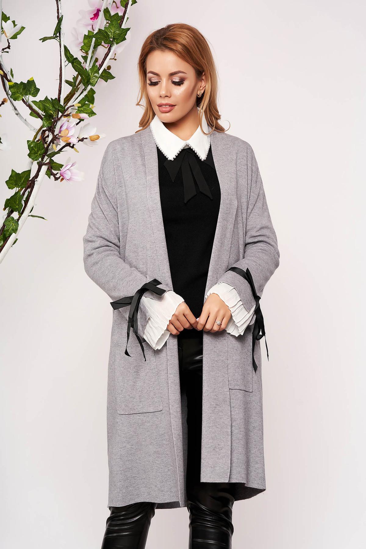 Cardigan SunShine gri elegant lung tricotat accesorizat cu fundite fara captuseala cu buzunare in fata