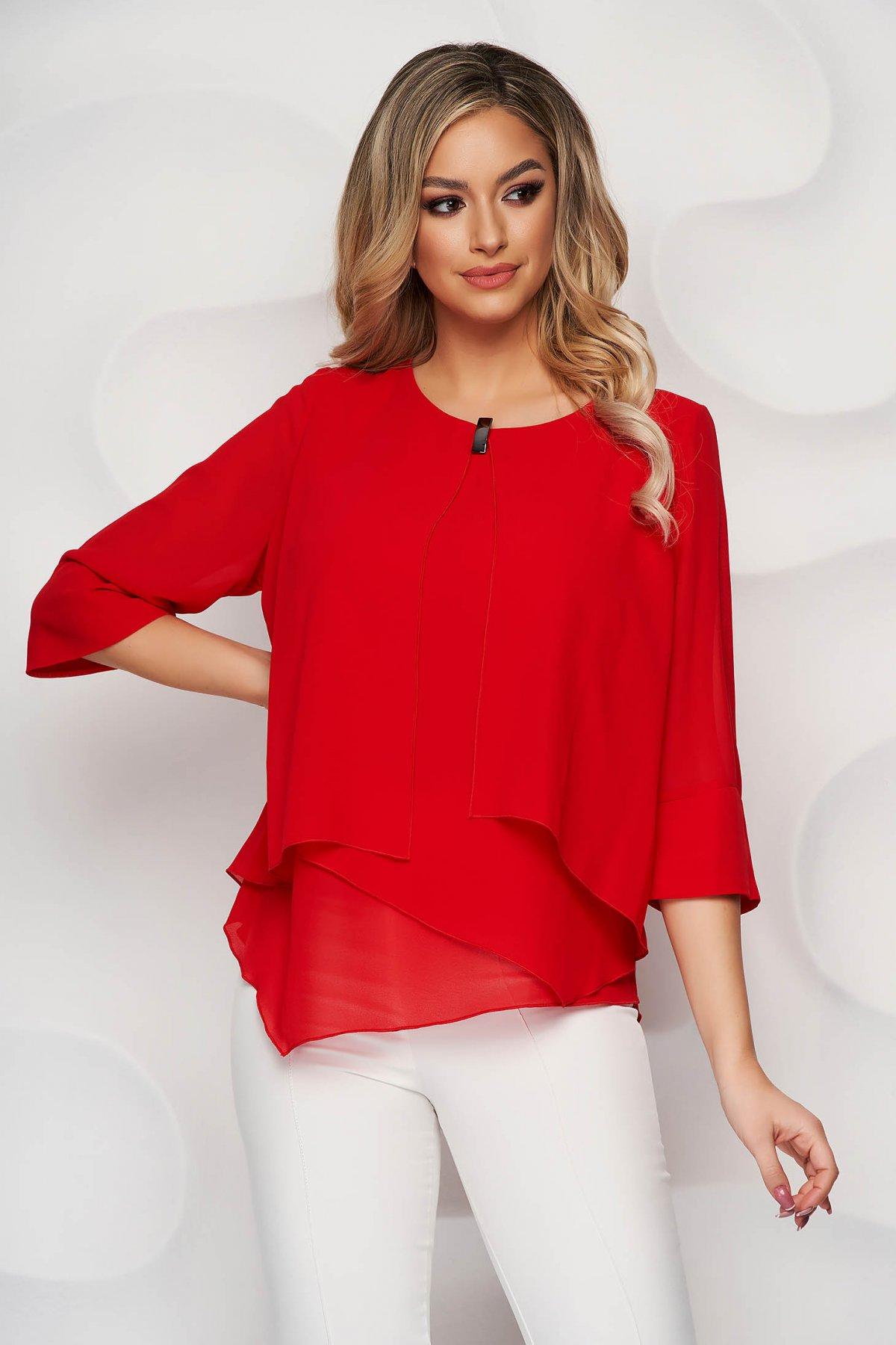 Bluza dama rosie office scurta din voal cu croi larg asimetrica cu accesoriu metalic