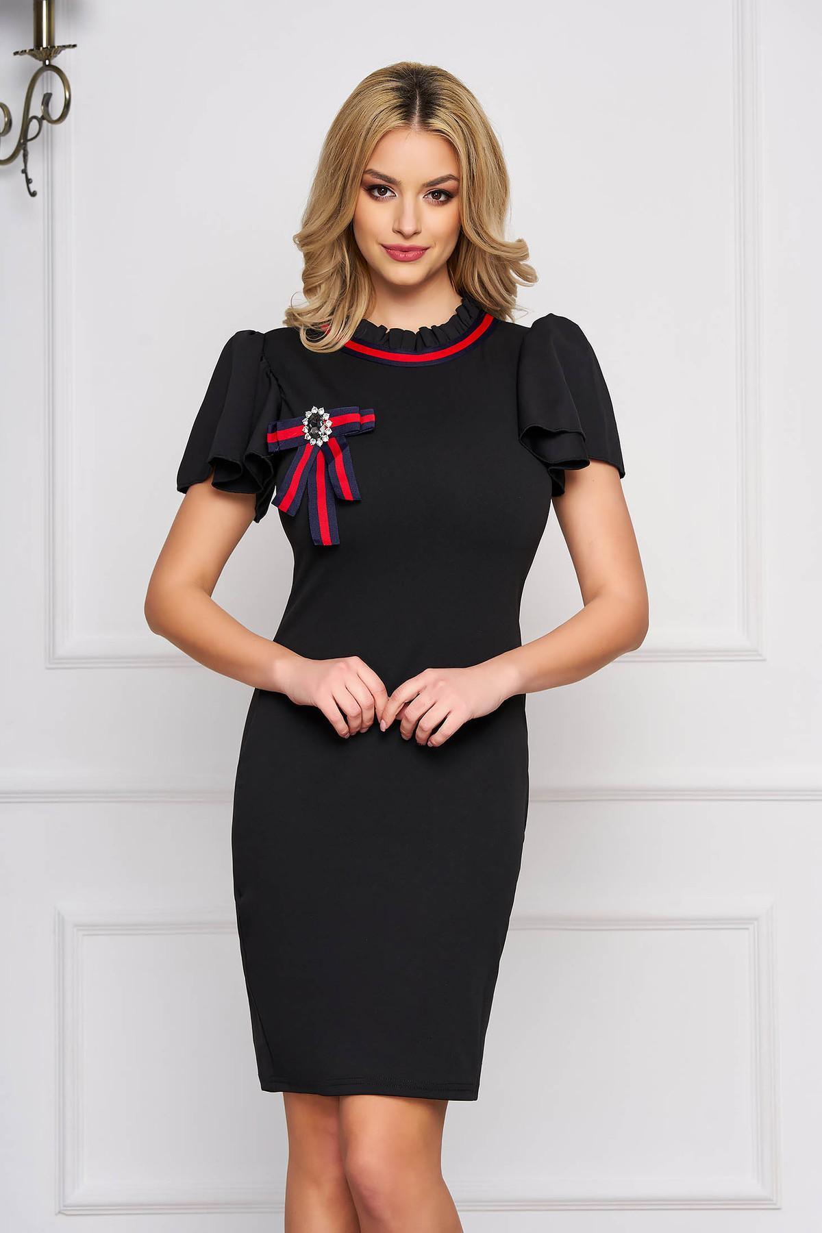 Rochie SunShine neagra eleganta scurta tip creion din stofa cu maneca scurta si accesorizata cu brosa