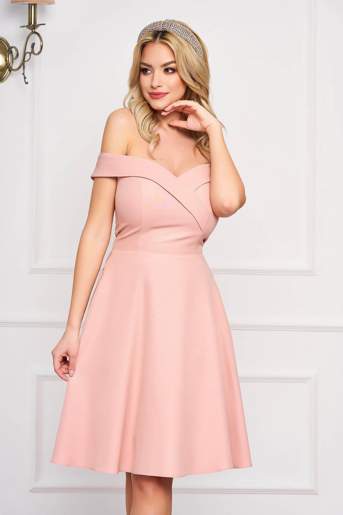 Rochie StarShinerS roz prafuit midi de ocazie din stofa usor elastica in clos cu umeri goi StarShinerS