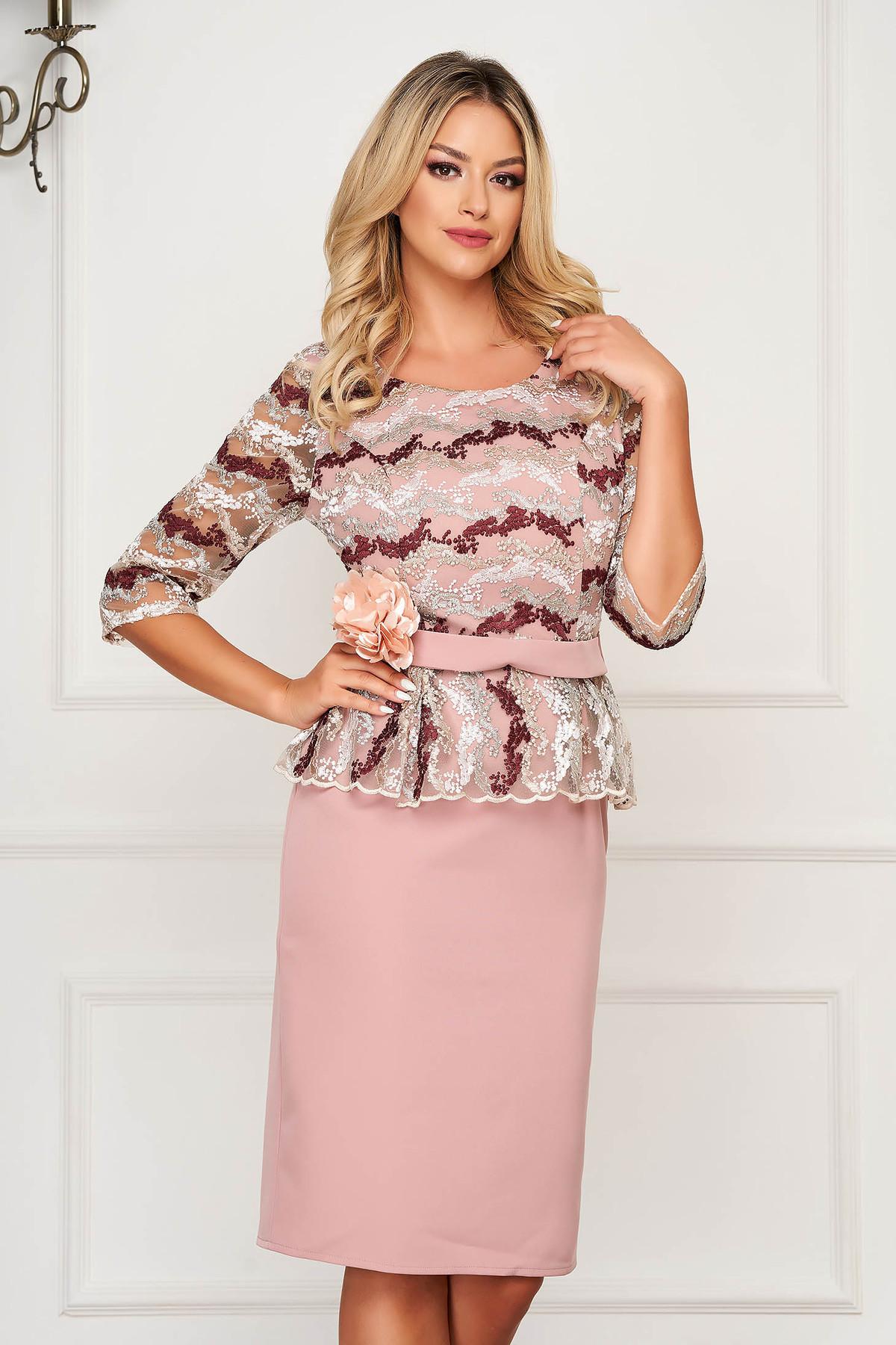 Rochie roz prafuit de ocazie tip creion din stofa cu peplum si accesoriu tip curea - medelin.ro