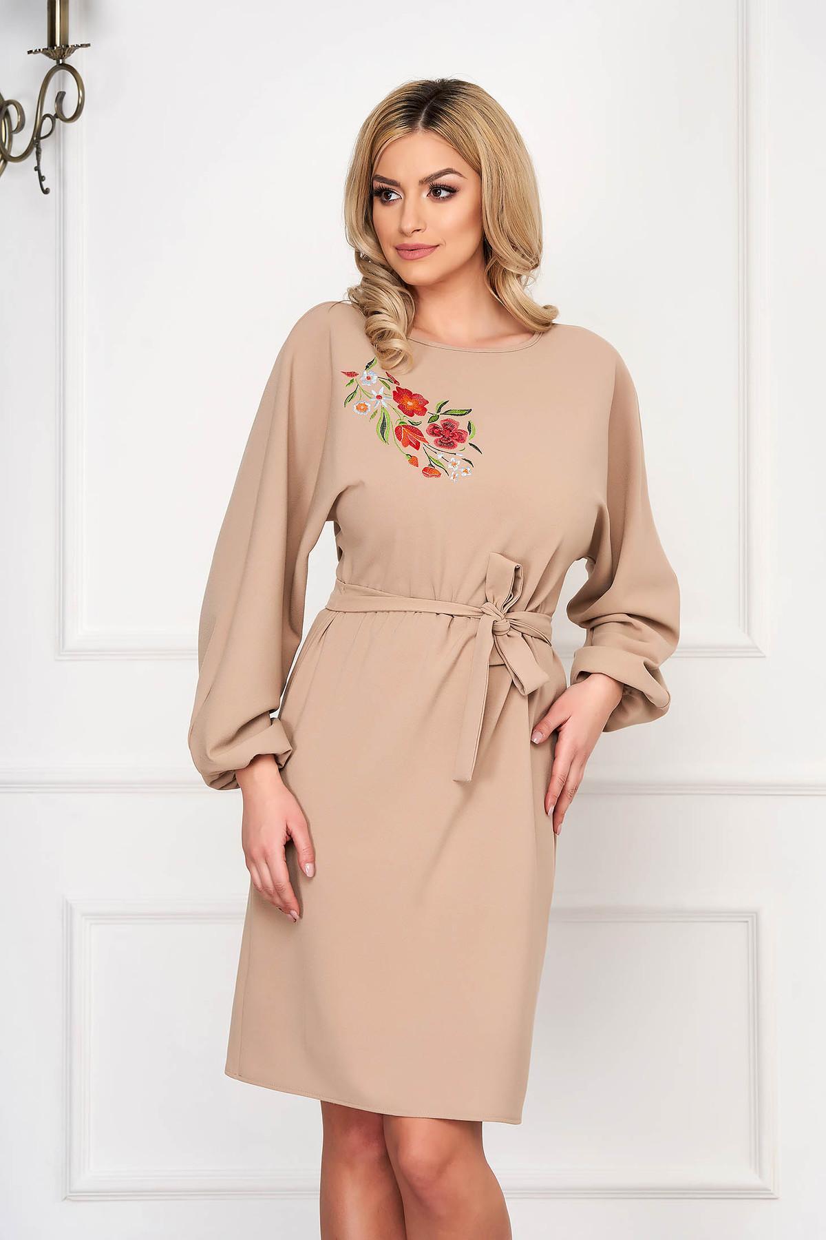 Rochie StarShinerS crem eleganta din stofa cu un croi drept si broderie handmade