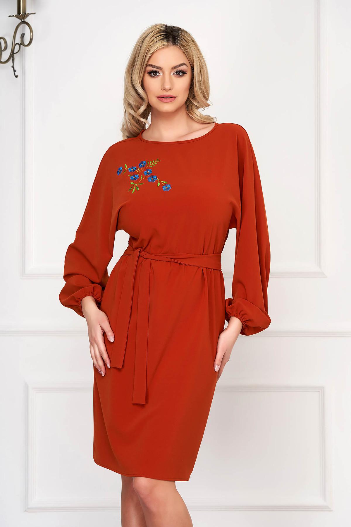 Rochie StarShinerS maro eleganta din stofa cu un croi drept si broderie handmade