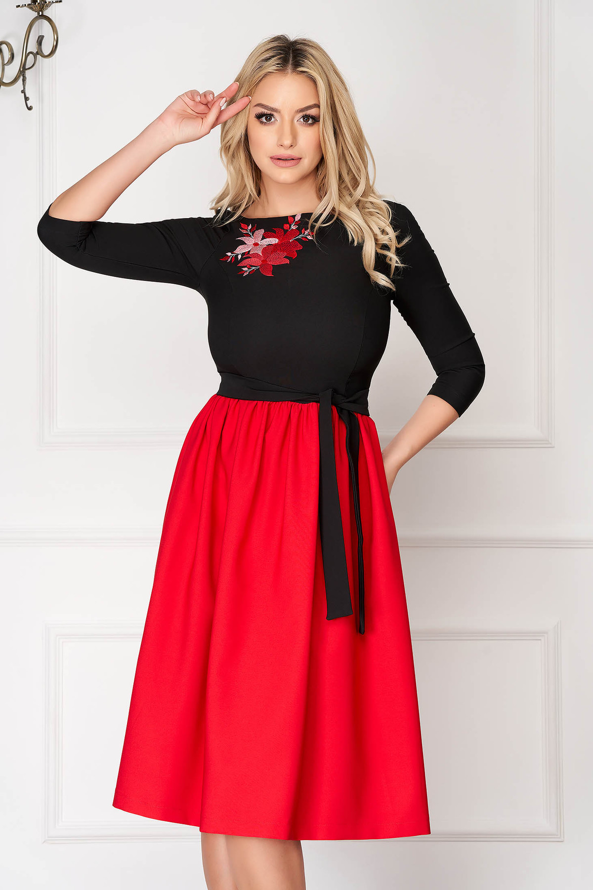 Rochie StarShinerS rosie midi de ocazie in clos din stofa cu maneci trei-sferturi si broderie florala