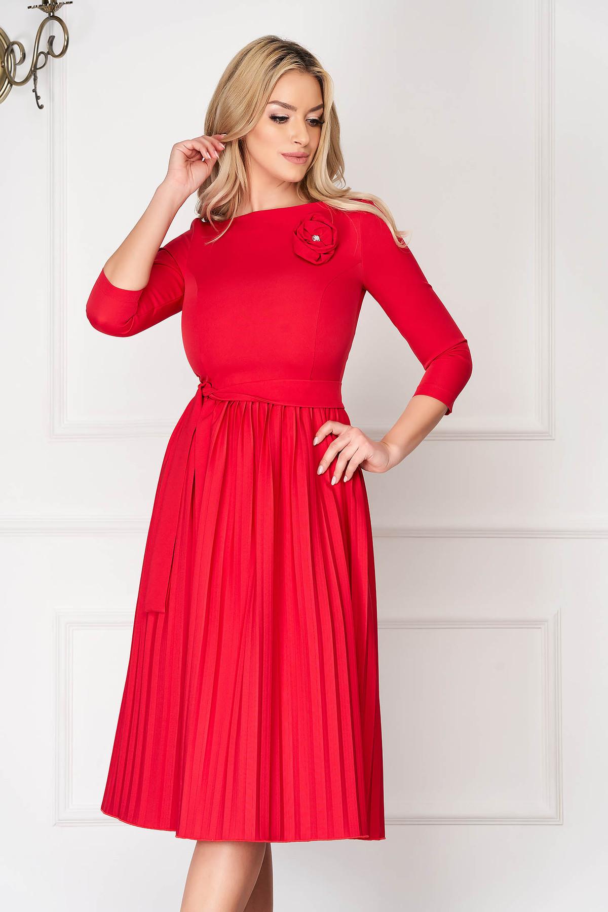 Rochie StarShinerS rosie eleganta midi in clos din stofa elastica plisata accesorizata cu cordon StarShinerS