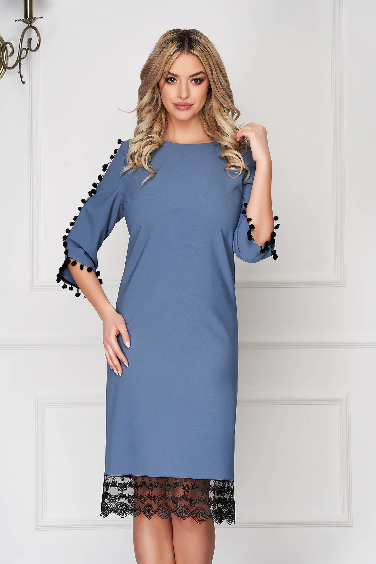 Rochie albastru-deschis eleganta midi cu un croi drept din stofa cu ciucuri si aplicatii de dantela