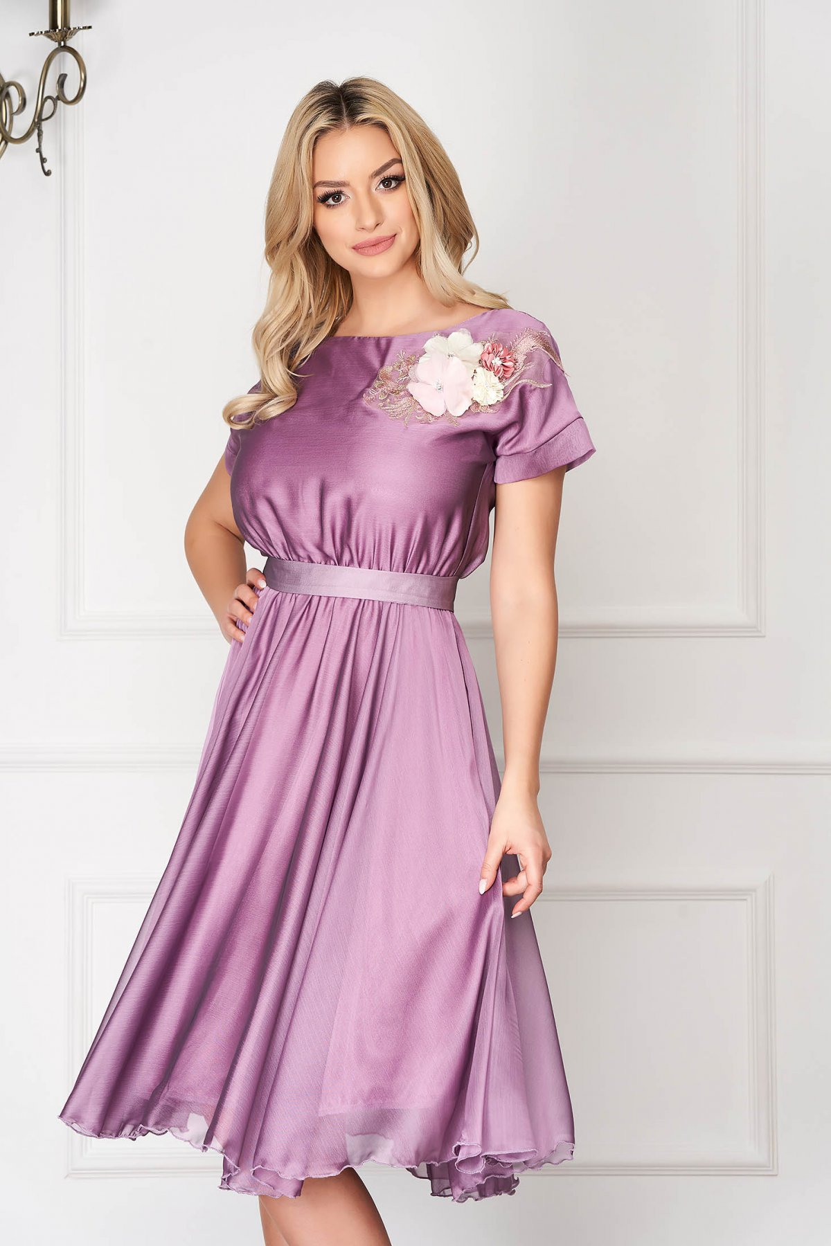 Rochie StarShinerS lila de ocazie in clos cu elastic in talie accesorizata cu cordon