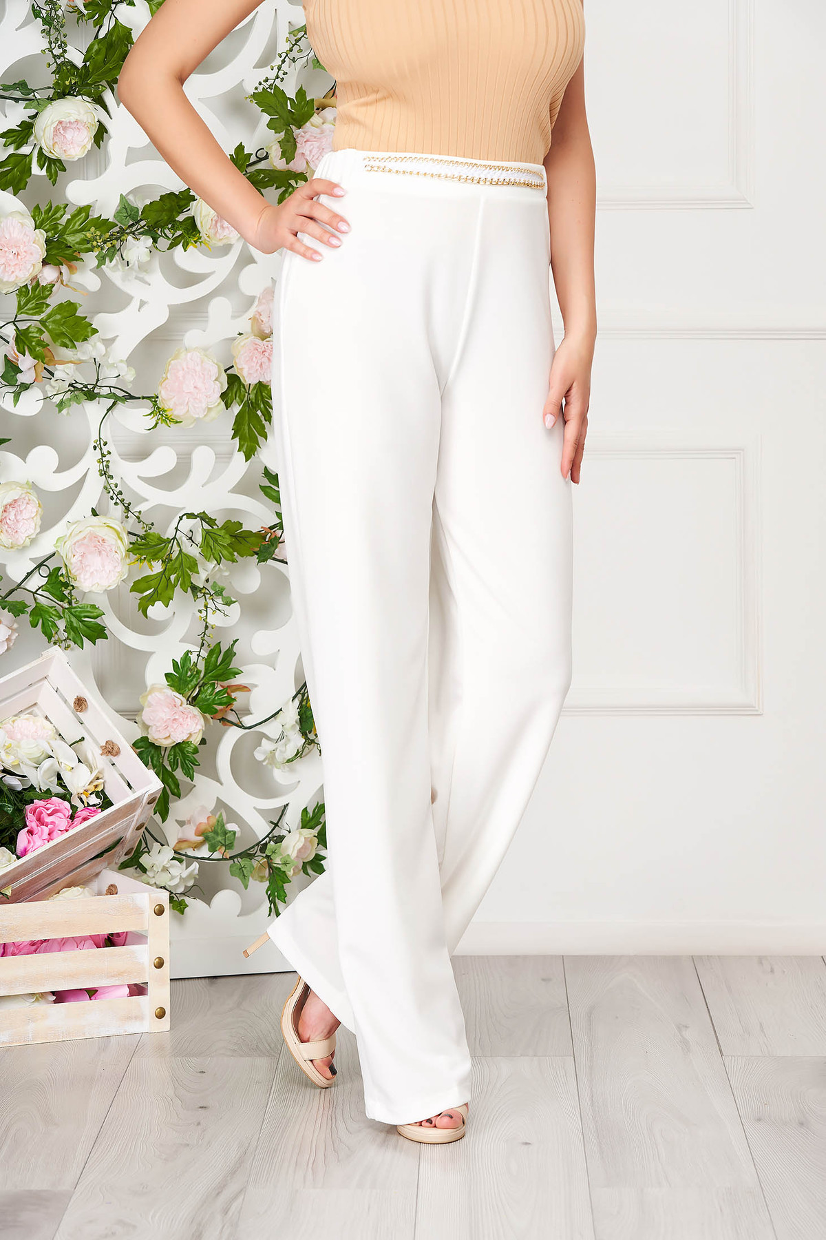 Pantaloni StarShinerS albi eleganti din scuba crep cu croi larg accesorizati cu lant metalic