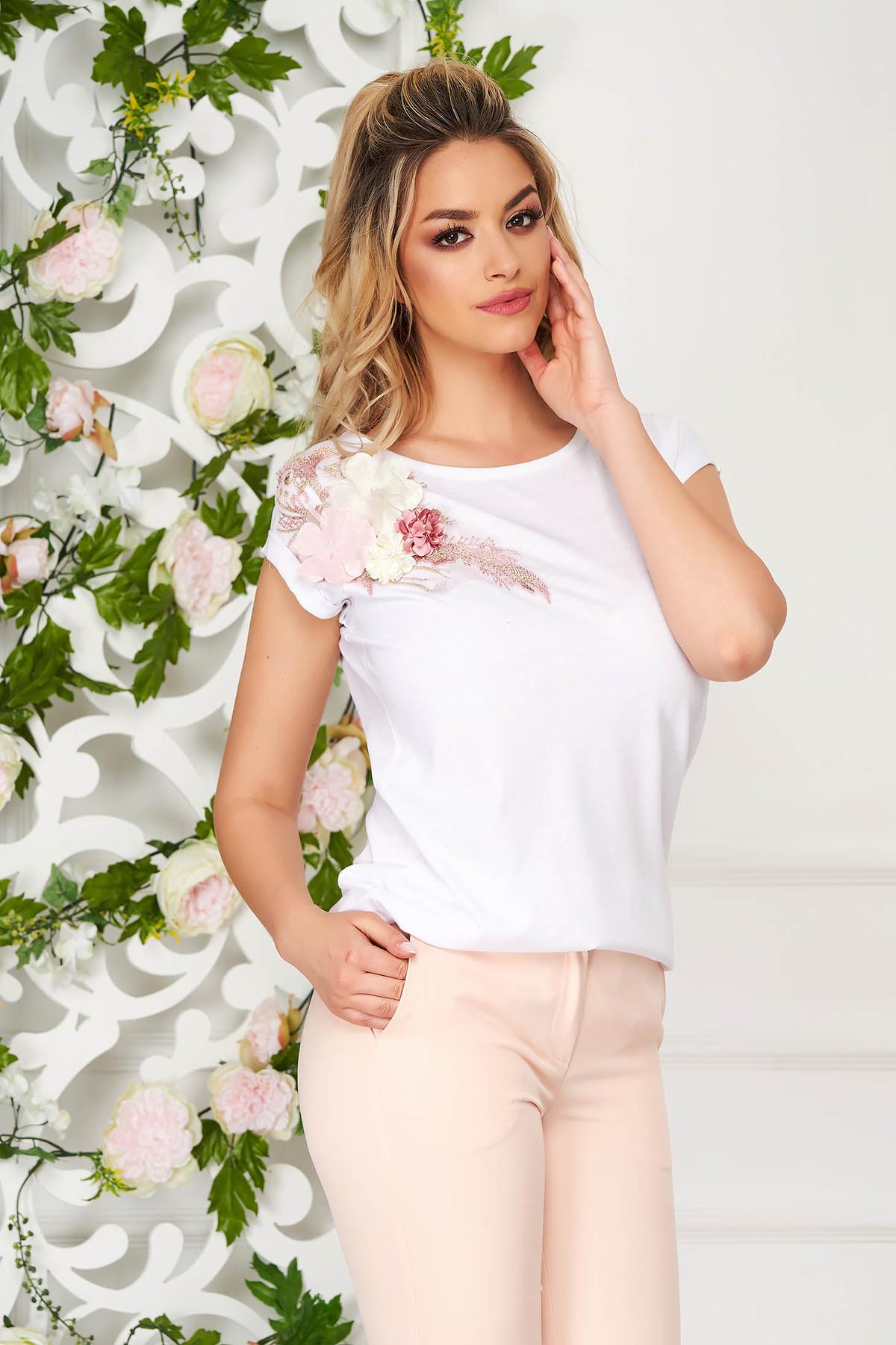 Tricou StarShinerS alb casual cu croi larg cu maneci scurte si flori in relief