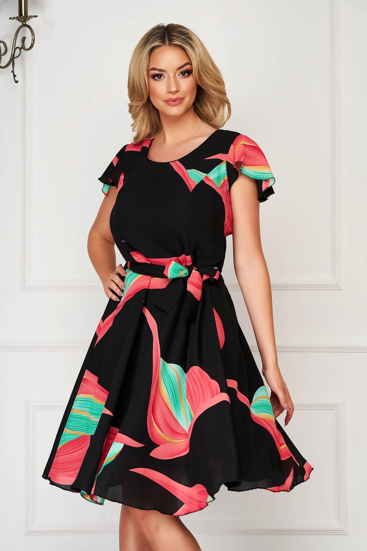 Rochie neagra eleganta de zi in clos accesorizata cu cordon cu maneci scurte din voal