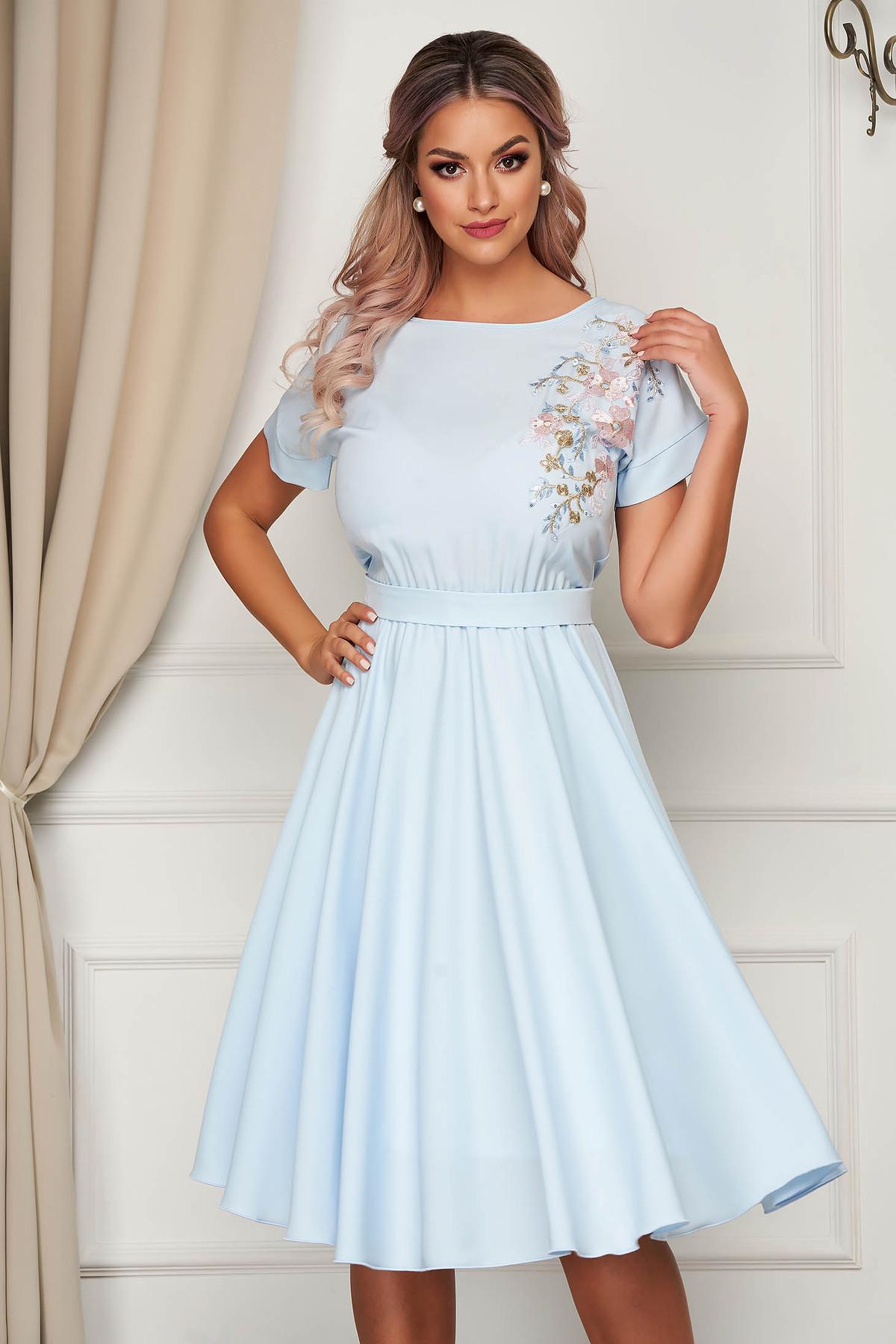 Rochie StarShinerS albastra-deschis de ocazie cu maneci scurte clos cu elastic in talie accesorizata cu cordon