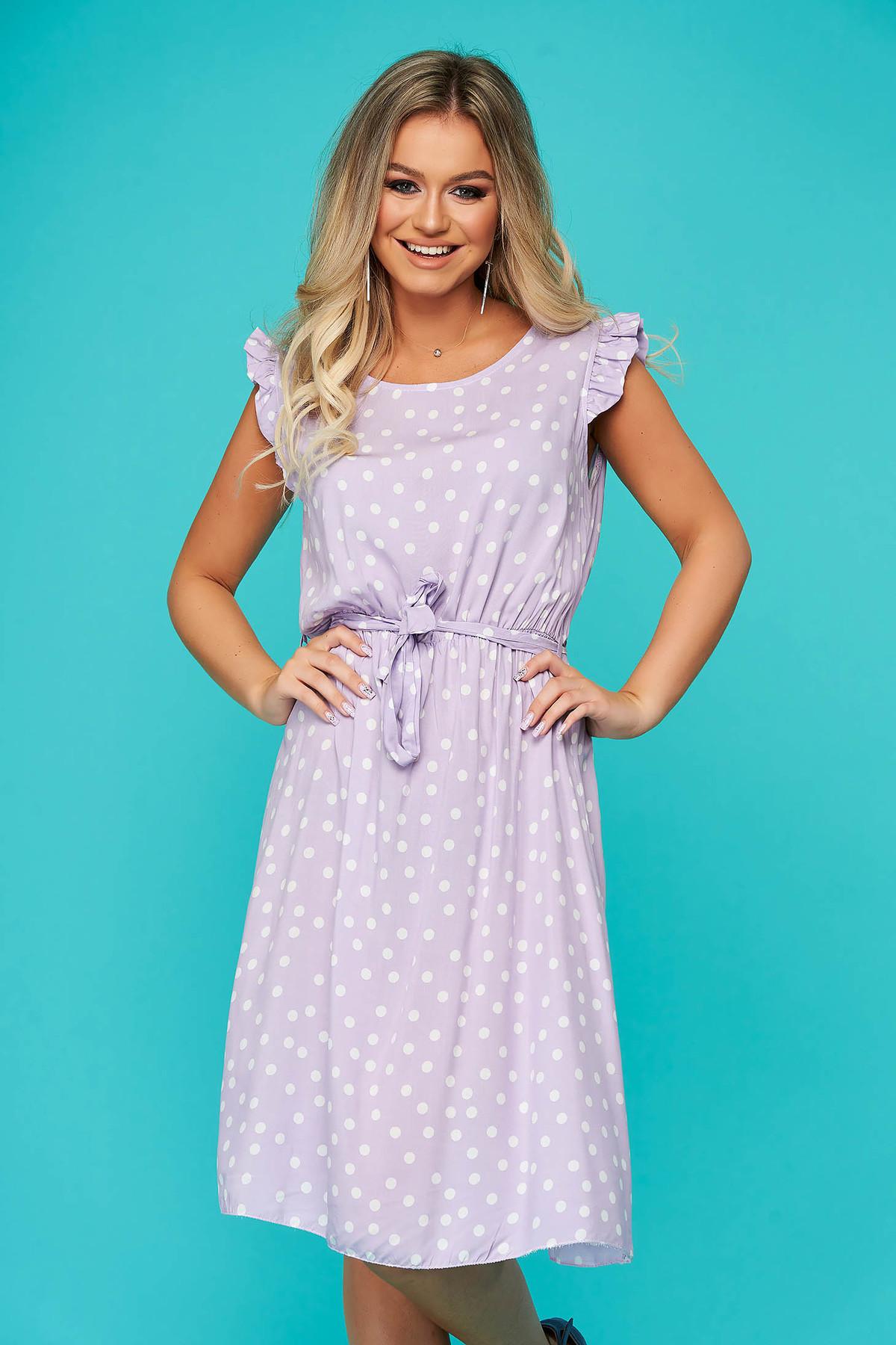 Rochie lila de zi fara maneci cu elastic in talie accesorizata cu cordon material subtire cu buline