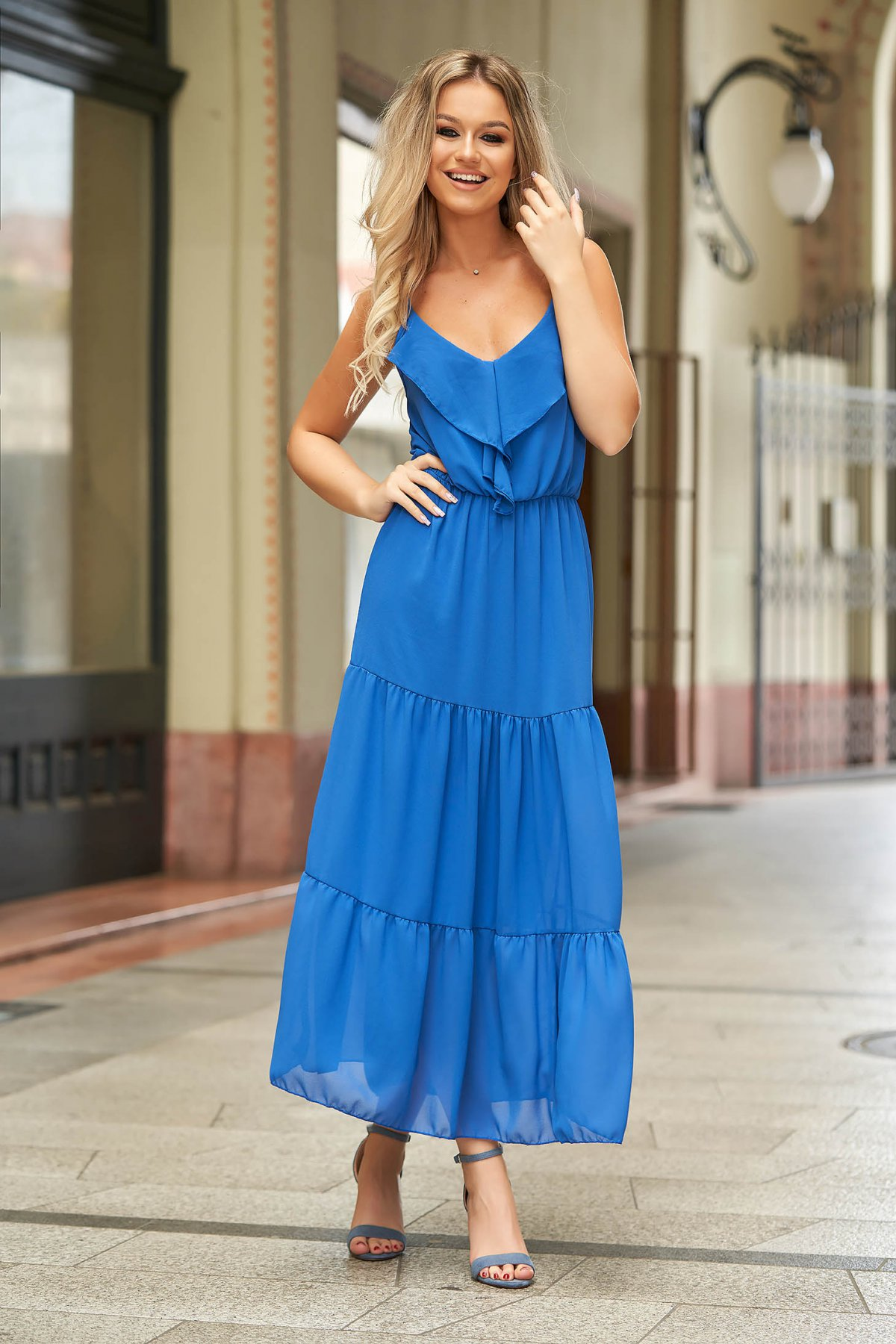 Rochie albastra lunga de zi din voal fara maneci cu volanase