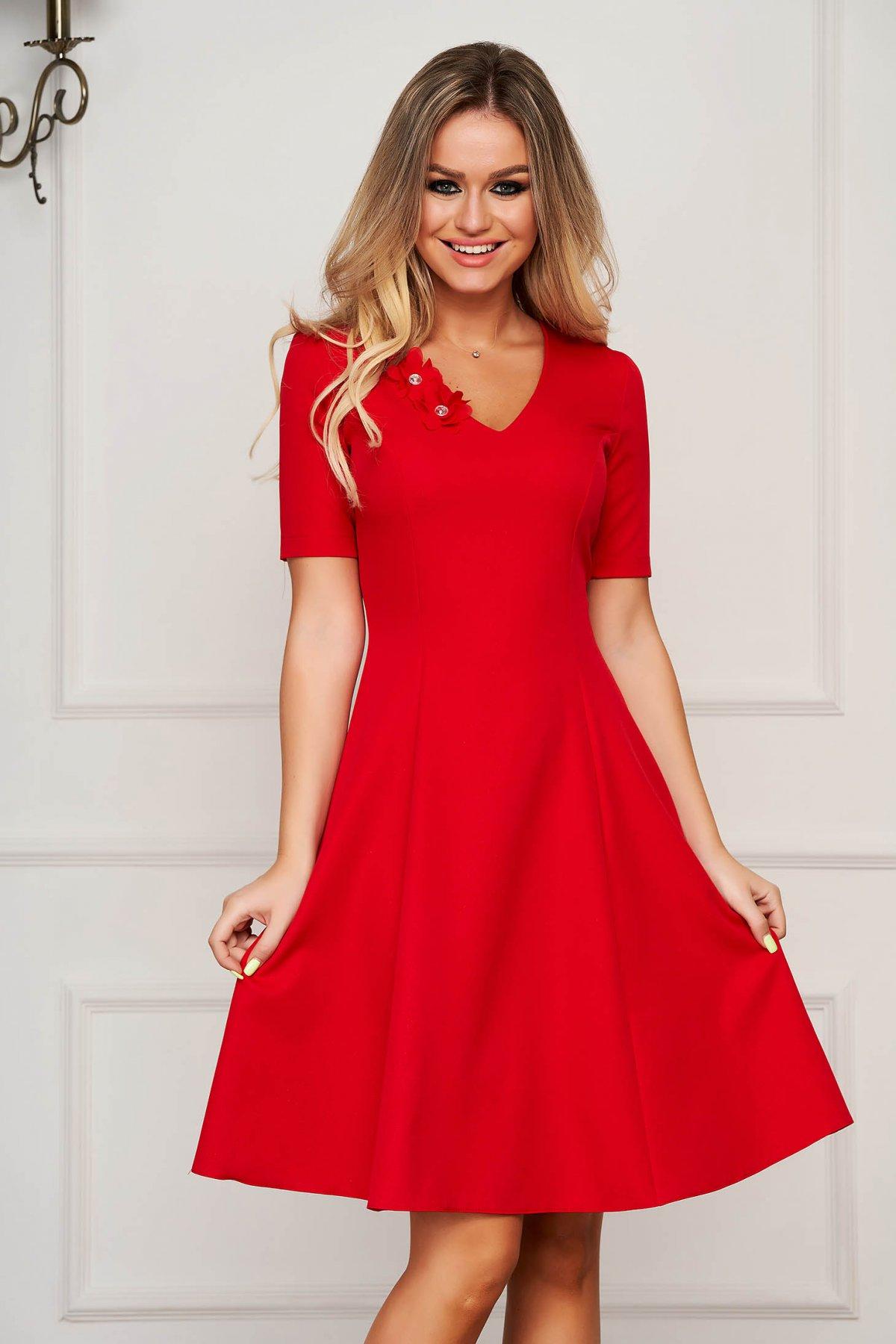 Rochie StarShinerS rosie eleganta midi in clos cu decolteu in v din stofa usor elastica cu aplicatii florale