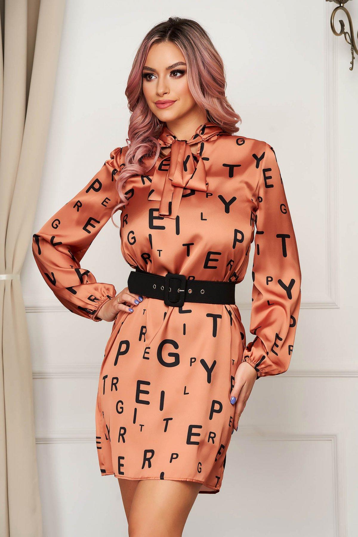 Rochie PrettyGirl portocalie de zi scurta cu un croi drept din material subtire cu imprimeuri grafice cu accesoriu tip curea PrettyGirl