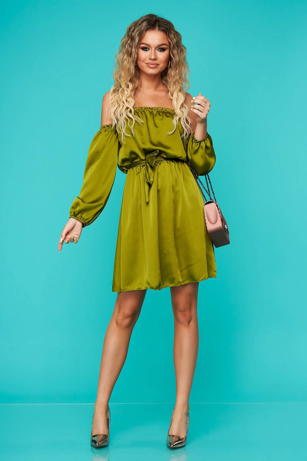 Rochie SunShine verde eleganta clos cu elastic in talie cu umeri goi accesorizata cu cordon din material satinat