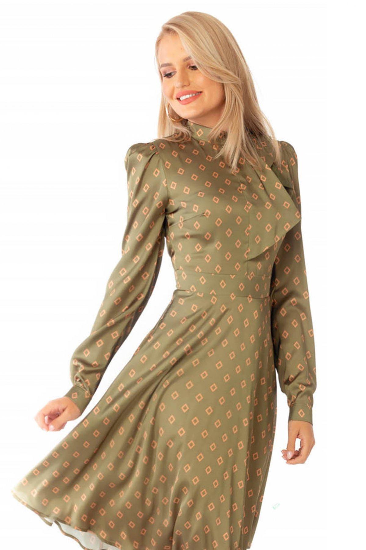 Rochie PrettyGirl khaki eleganta in clos cu guler tip esarfa din material satinat cu imprimeu geometric