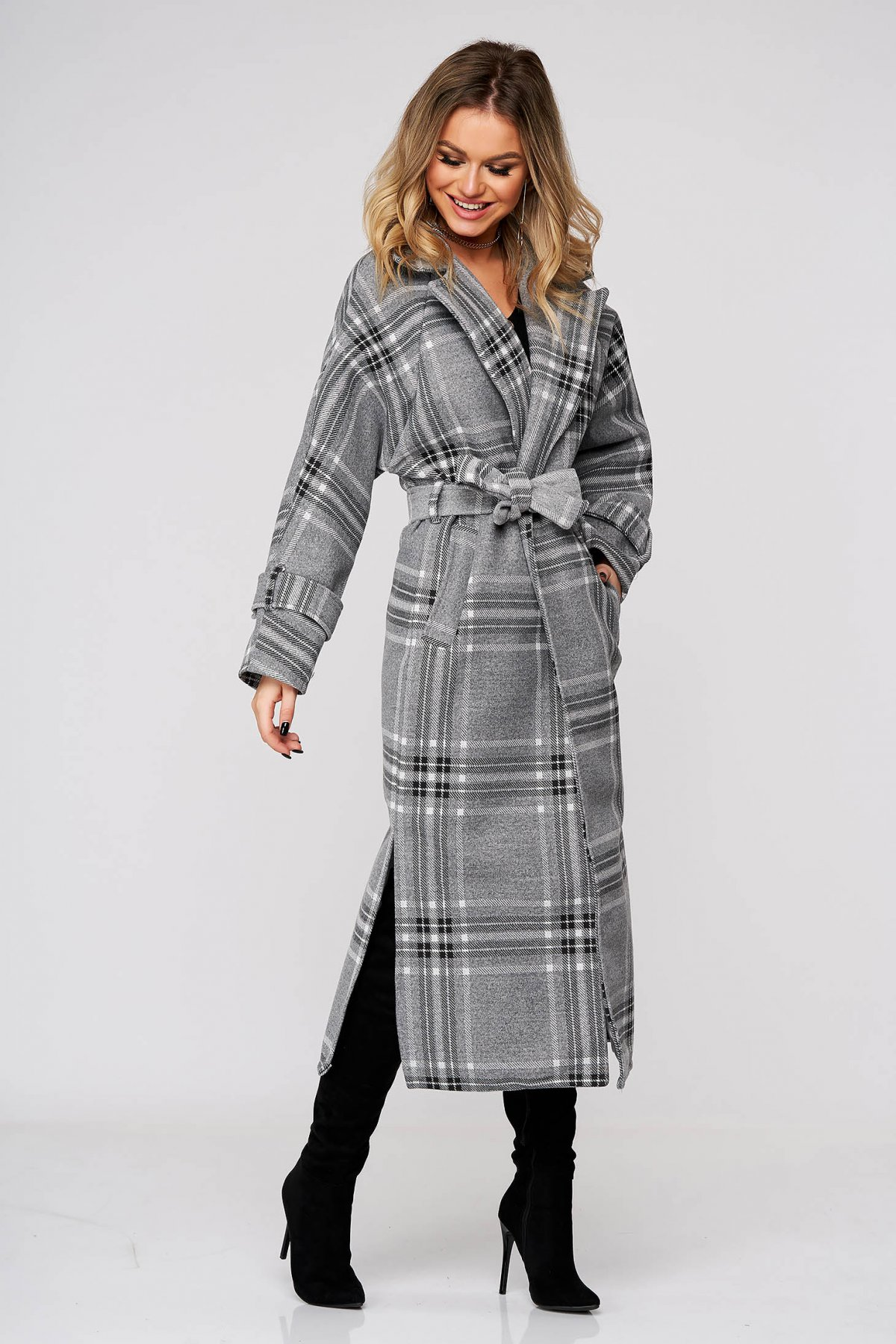 Palton SunShine gri lunga cu un croi drept accesorizat cu cordon din stofa neelastica in carouri imagine