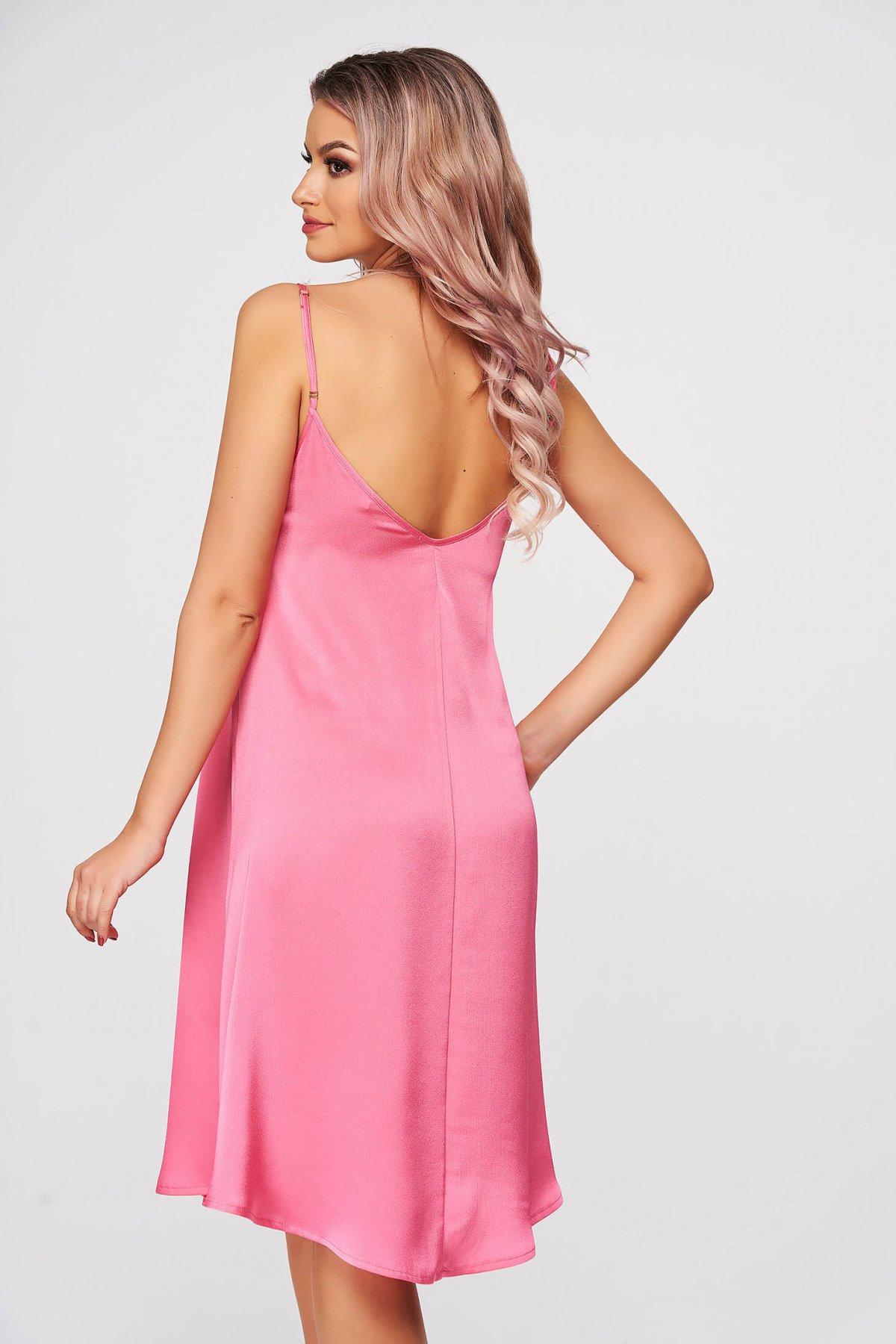 Combinezon StarShinerS roz din satin cu decolteu in v in fata si spate cu croi larg si cu bretele ajustabile imagine