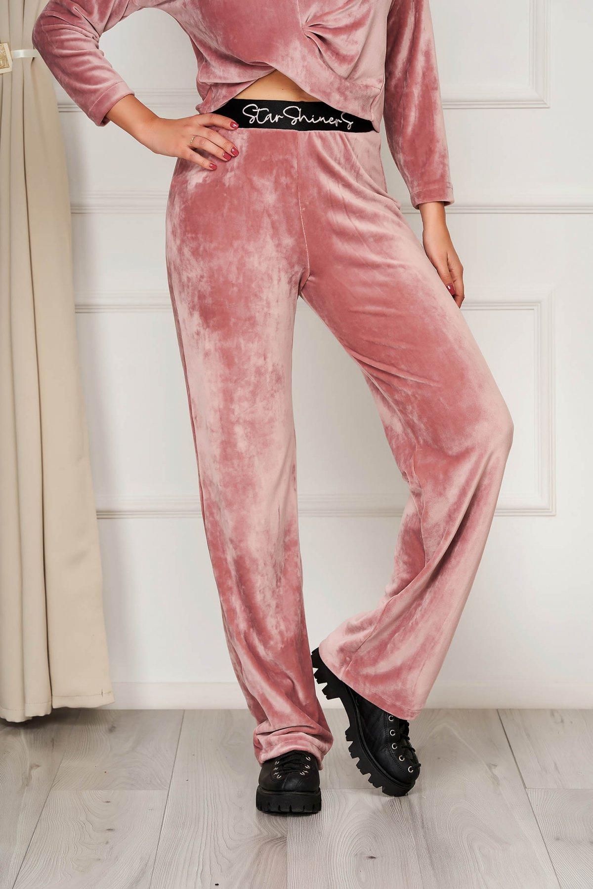 Pantaloni StarShinerS roz prafuit casual din catifea cu un croi evazat si broderie in talie confectionata in atelierele noastre