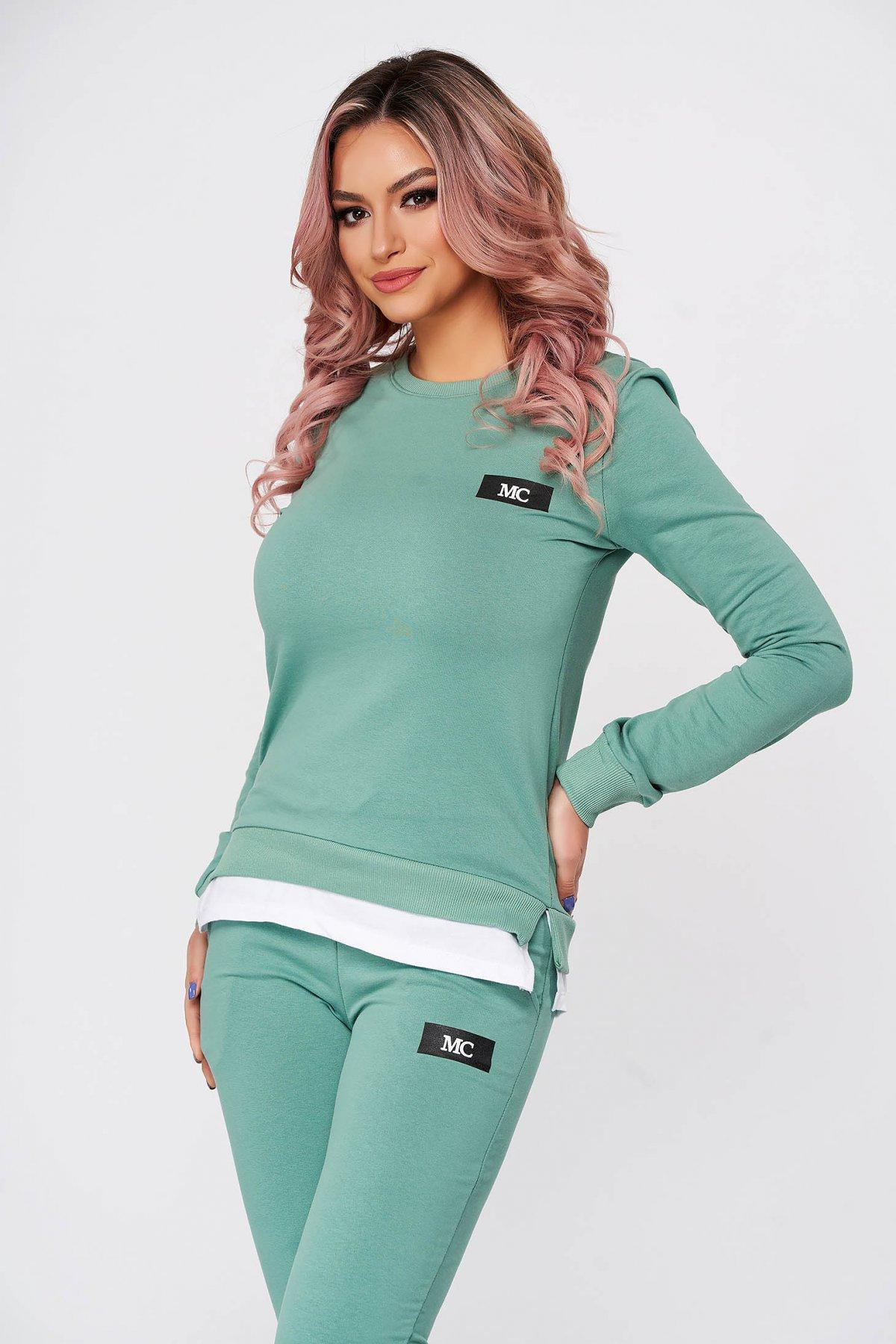 Trening dama SunShine verzi din 2 piese cu pantalon din bumbac usor elastic cu croi larg si slit lateral