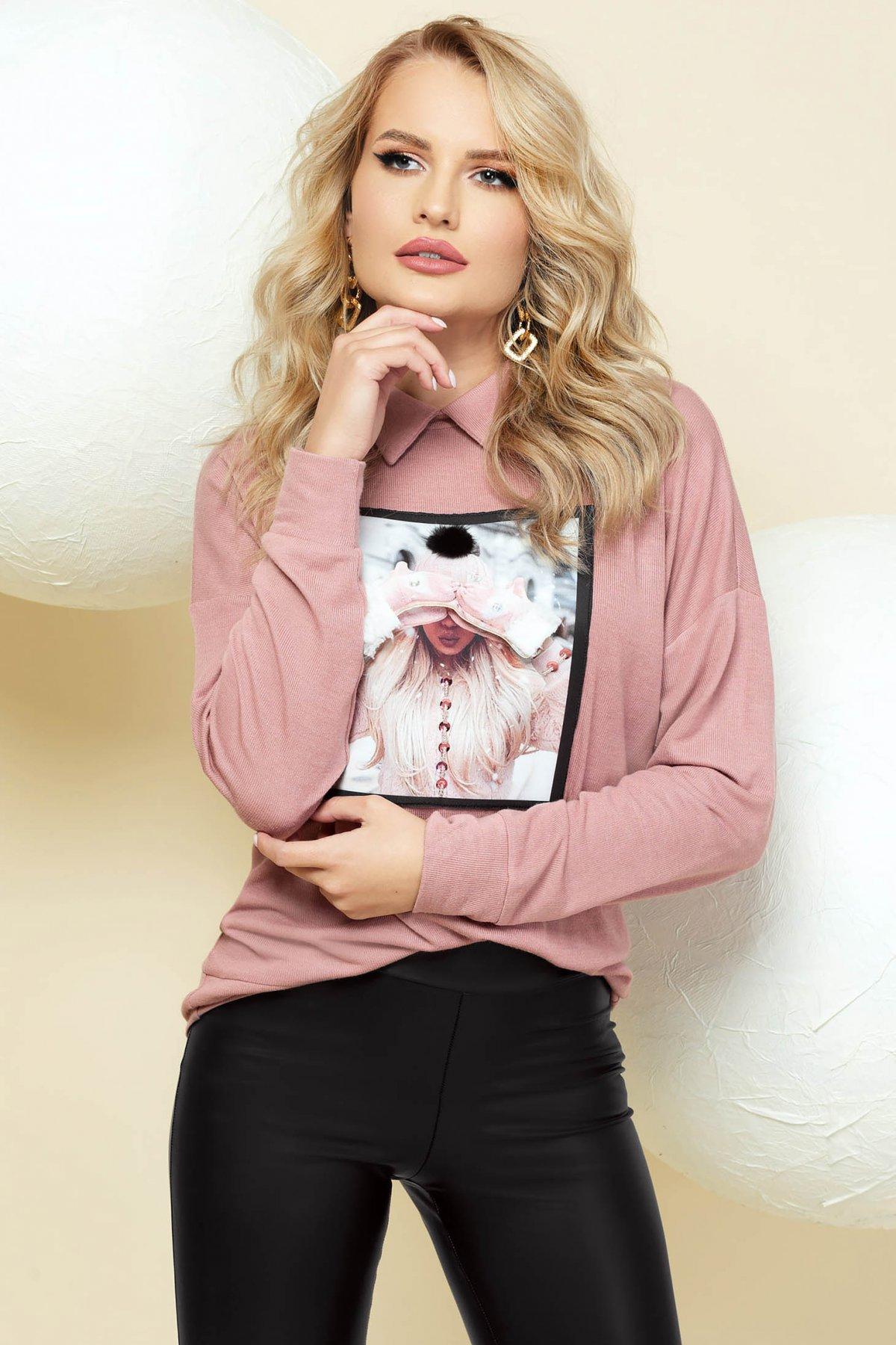 Pulover PrettyGirl roz prafuit elegant tricotat cu croi larg si guler imagine