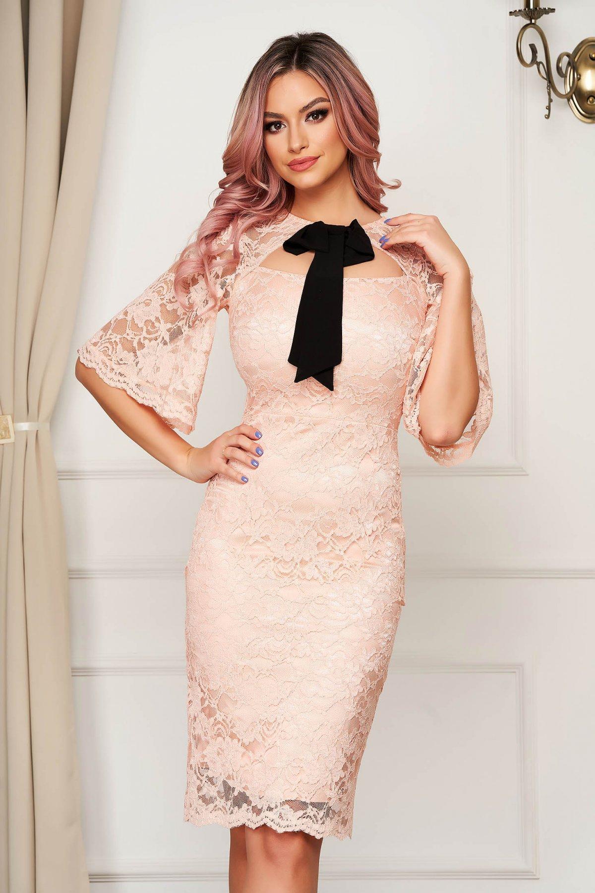 Rochie PrettyGirl roz eleganta din dantela midi tip creion cu fundita