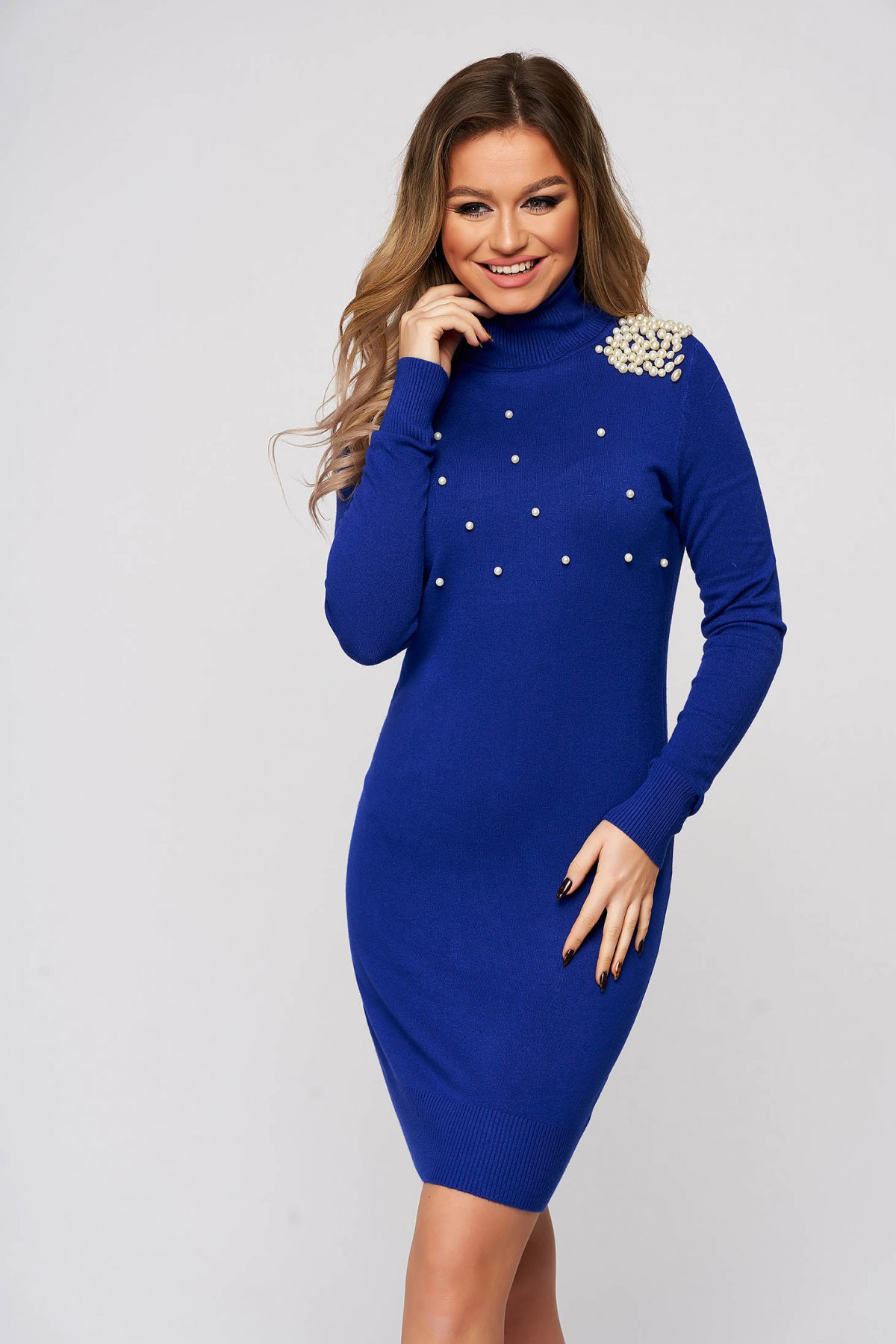 Rochie SunShine albastra tricotata scurta cu un croi mulat si aplicatii cu perle