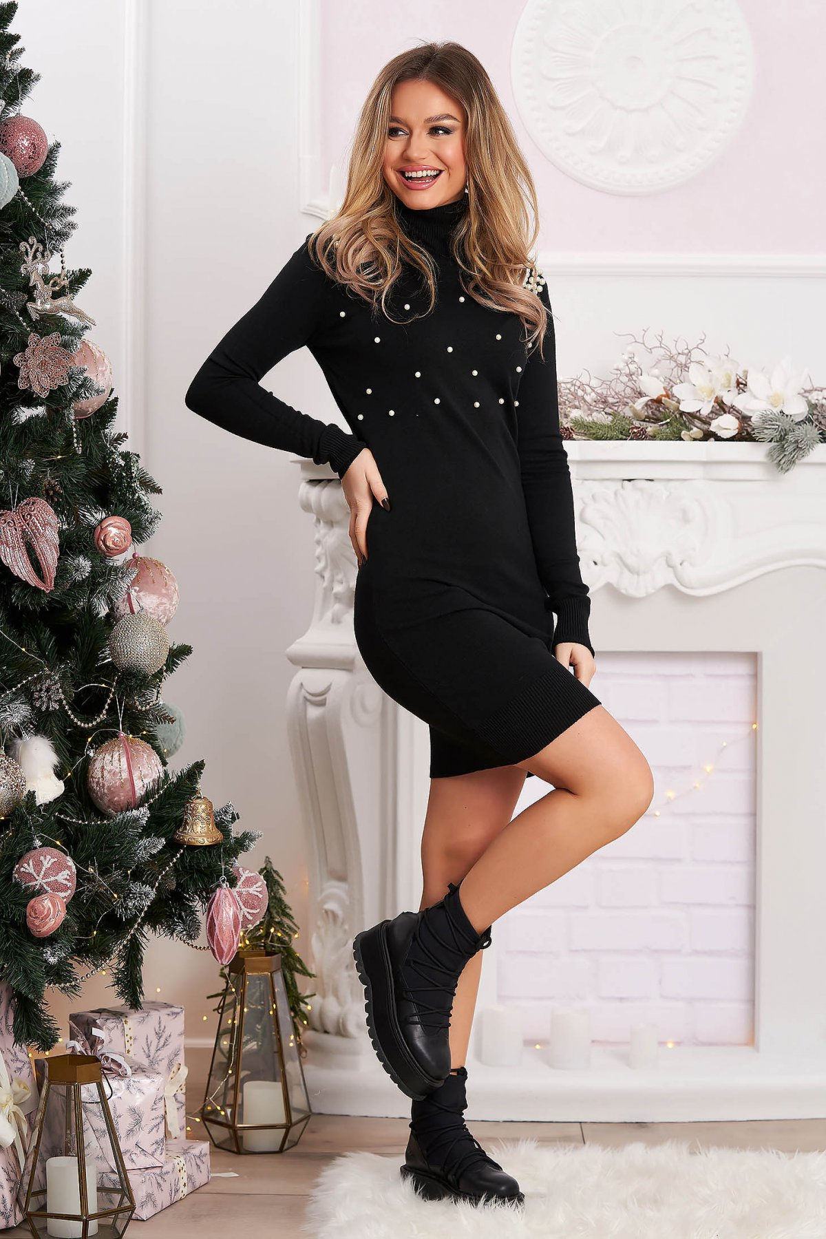 Rochie SunShine neagra tricotata scurta cu un croi mulat si aplicatii cu perle