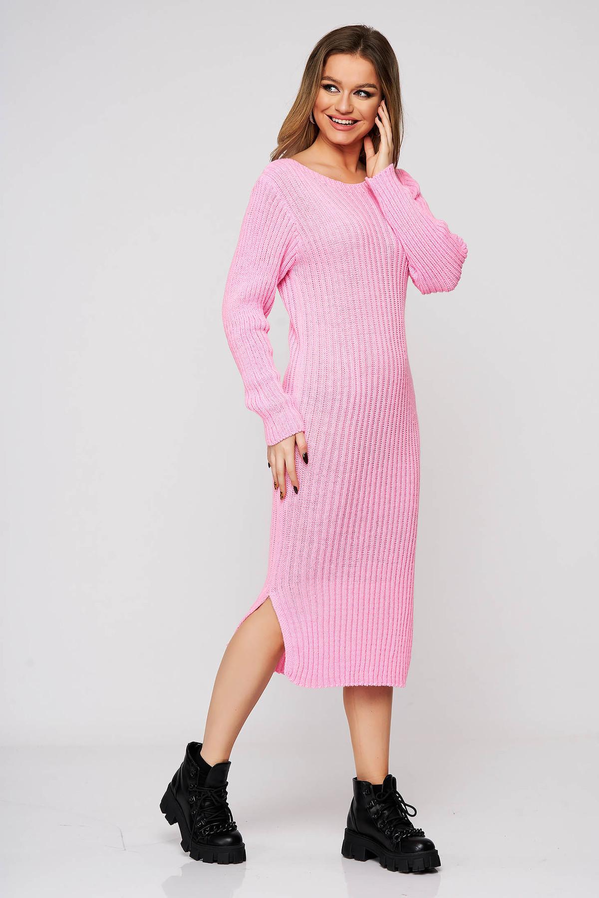 Rochie SunShine roz-deschis din tricot reiat cu slituri laterale cu un croi mulat midi