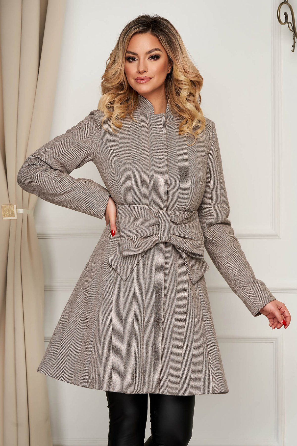 Palton Artista crem elegant in clos accesorizat cu cordon cu buzunare