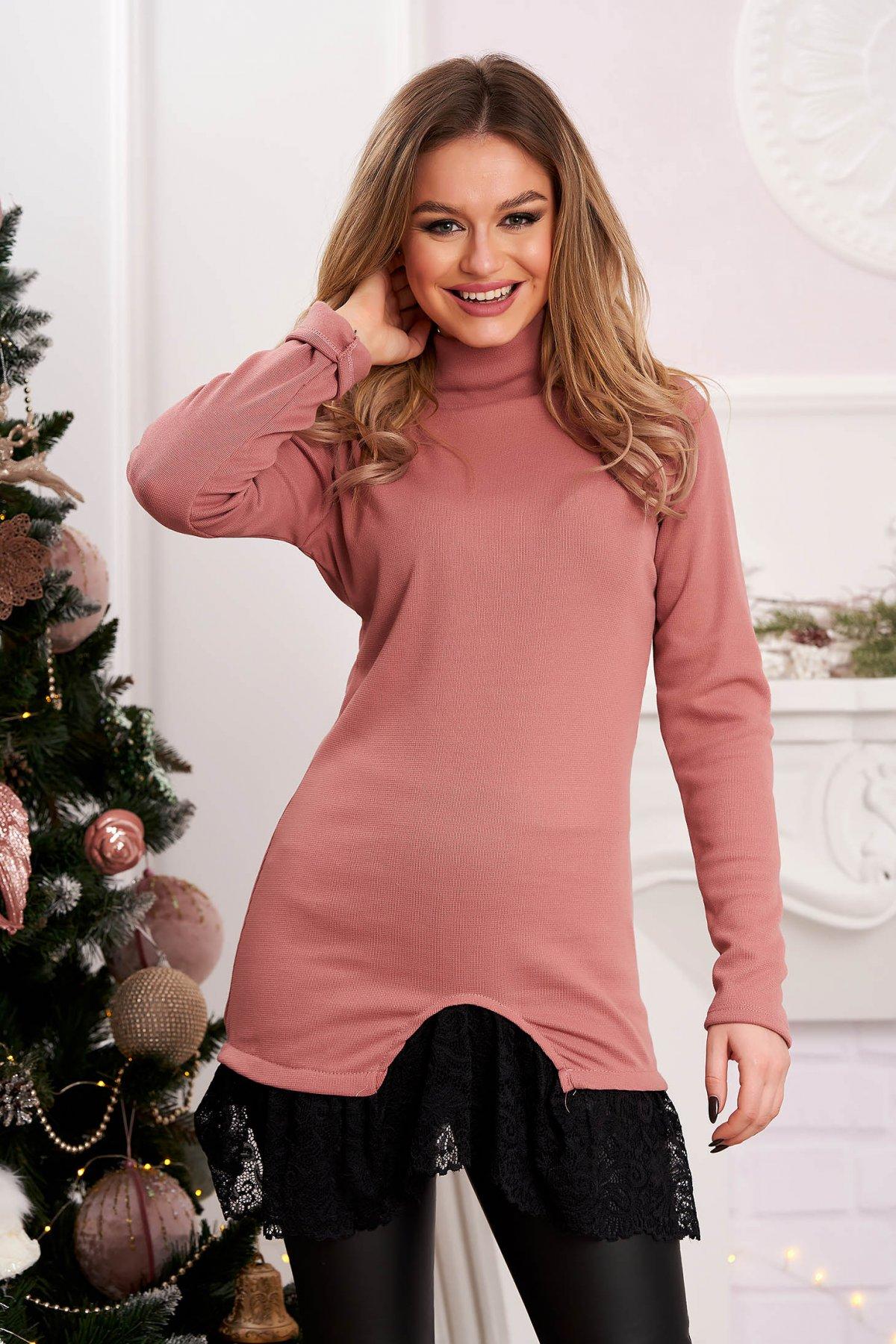 Bluza dama roz lunga tricotata pe gat cu aplicatii de dantela