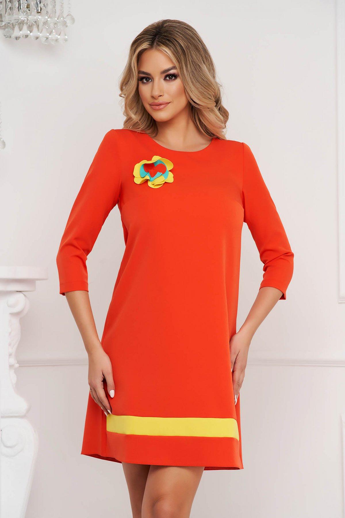Rochie StarShinerS portocalie din material neelastic accesorizata cu brosa detasabila cu croi larg