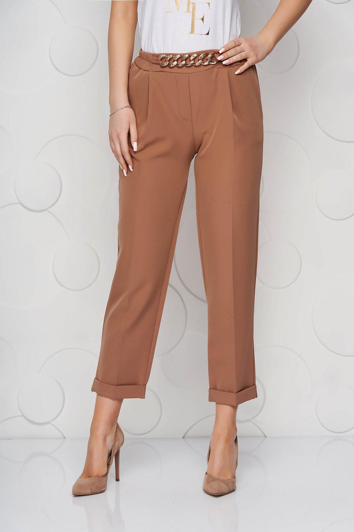 Pantaloni SunShine cappuccino din material neelastic cu croi larg accesorizat cu lant metalic